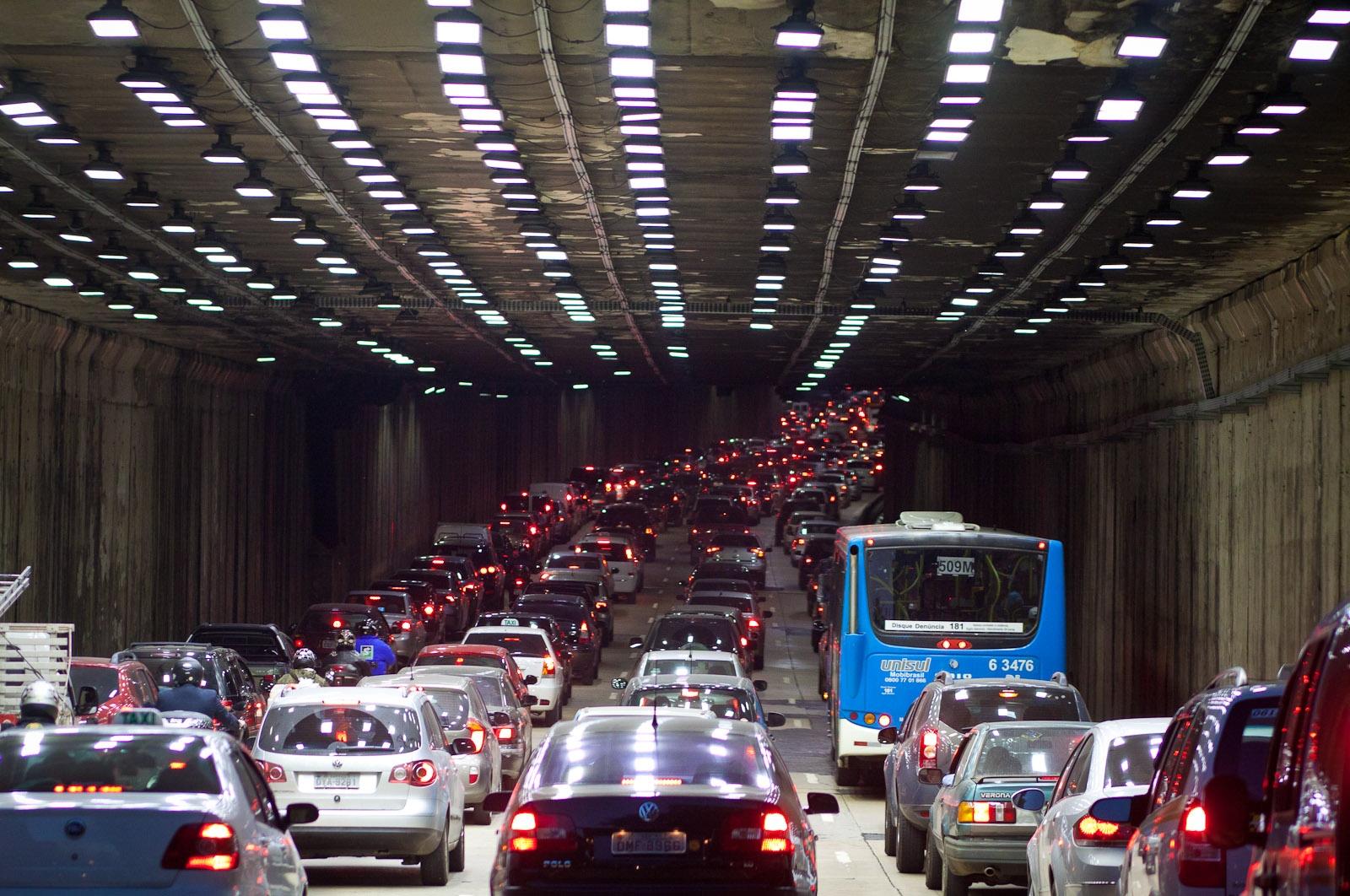 Trânsito pesado na entrada do tunel / Heavy traffic at the tunnel entrance