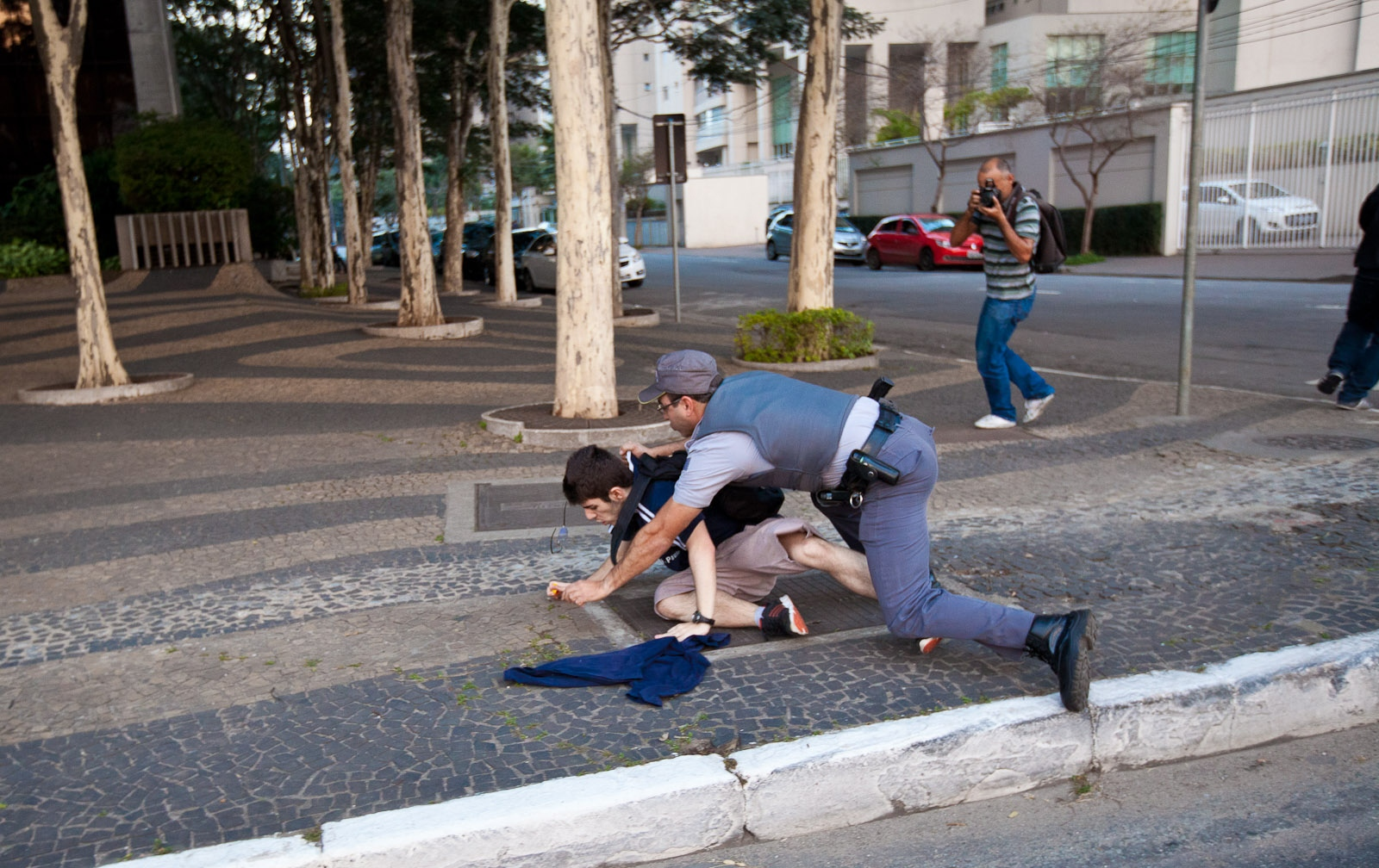 Policial tenta conter manifestante / Police try to contain protester