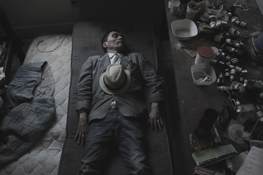 A man falls asleep on his bedroom full of empty drug bottles and pills, used to treat mental disorders. Some people within the 'Marconi' building, are living in this mayor city without any contact with family or relatives since they decided to leave their hometowns in search of better opportunities.
