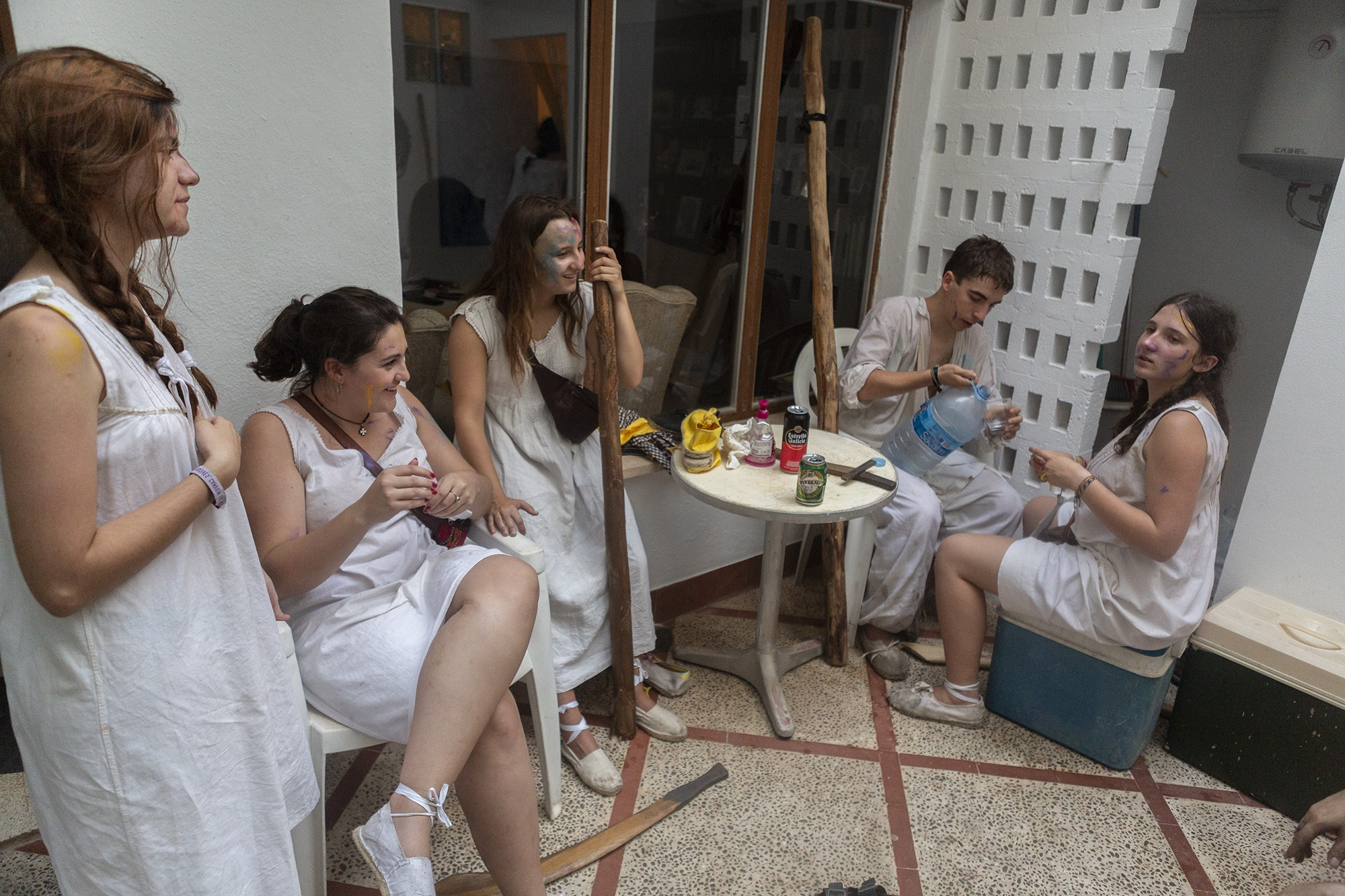 The young women rest after the first part of the battle.  Pollença, Mallorca, August 2 2019.