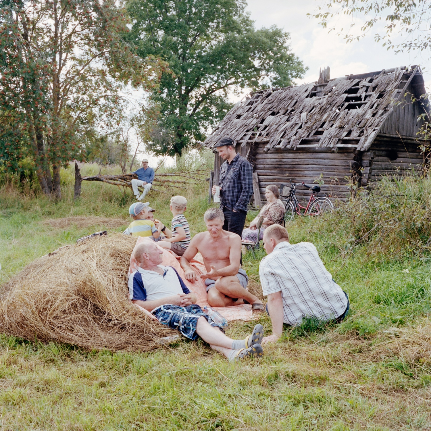 This Seto family who picnics in the fields participates in a village party called kirmas. An opportunity to meet with different generations to discuss, play, dance and sing while drinking hansa, a local version of vodka.