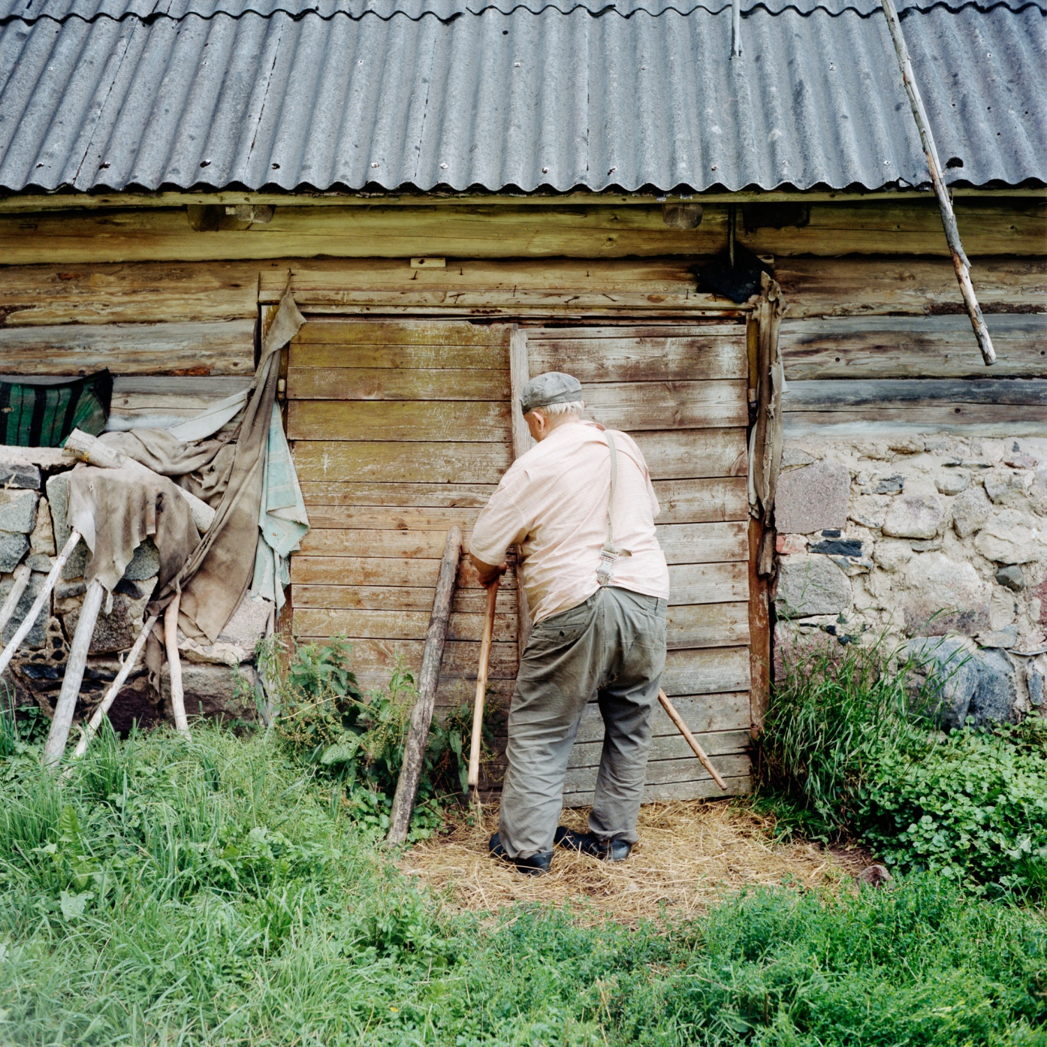 Vinski is a small Estonian village right on the Russian-Estonian border running through the Setomaa. Today two families and an old man live in Vinski. Before 1991 the village hosted 14 families.