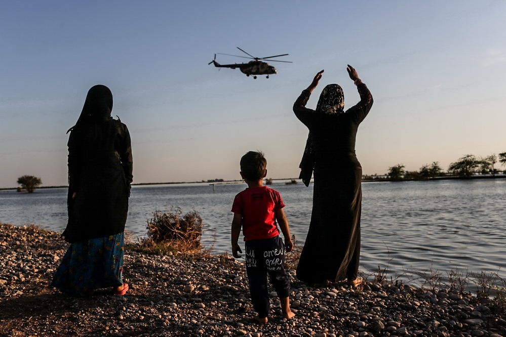 Due to the destruction of roads, flood relief was difficult and only possible by helicopters. Iranian Red Crescent  helicopters deliver flood relief to Bamdoj village . Ahvaz