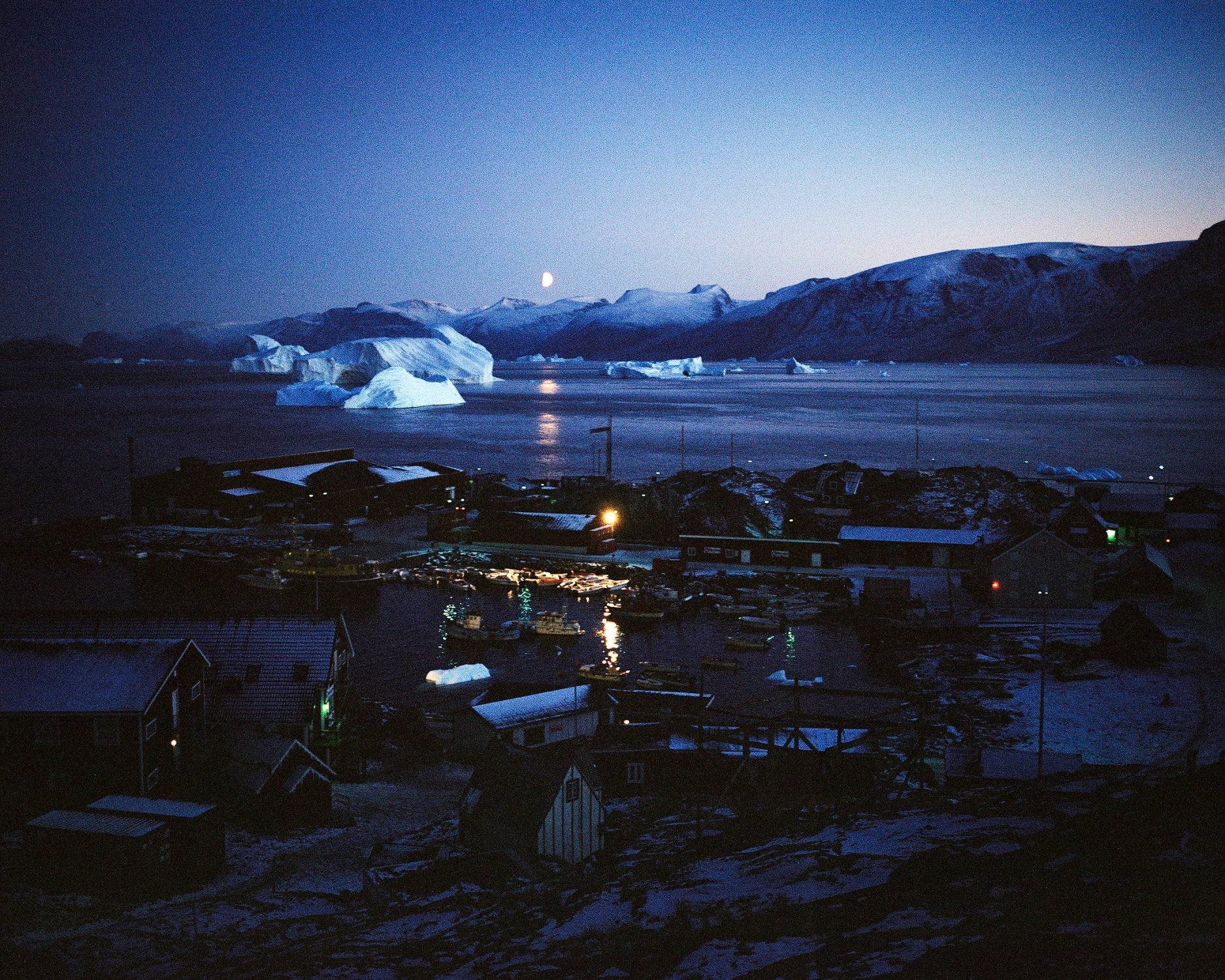 Uummannaq is a hunter and fishermen village inhabited by 1282 souls (2013) and located 590 km above the polar circle on the Uummannaq island.