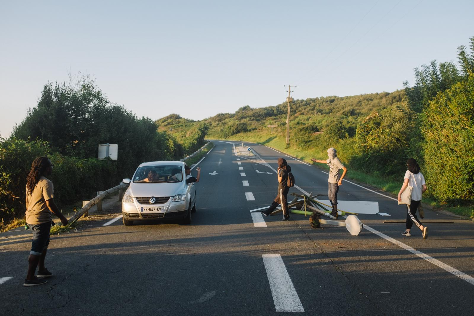 2019-08-23 - Activists set up roadblock in front of protest camp, following a spontaneous demonstration.