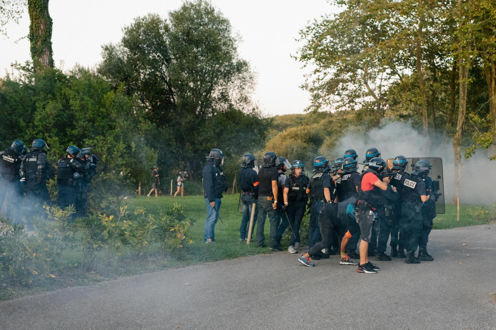 2019-08-23 - Police forces push into protest camp near Urrugne.