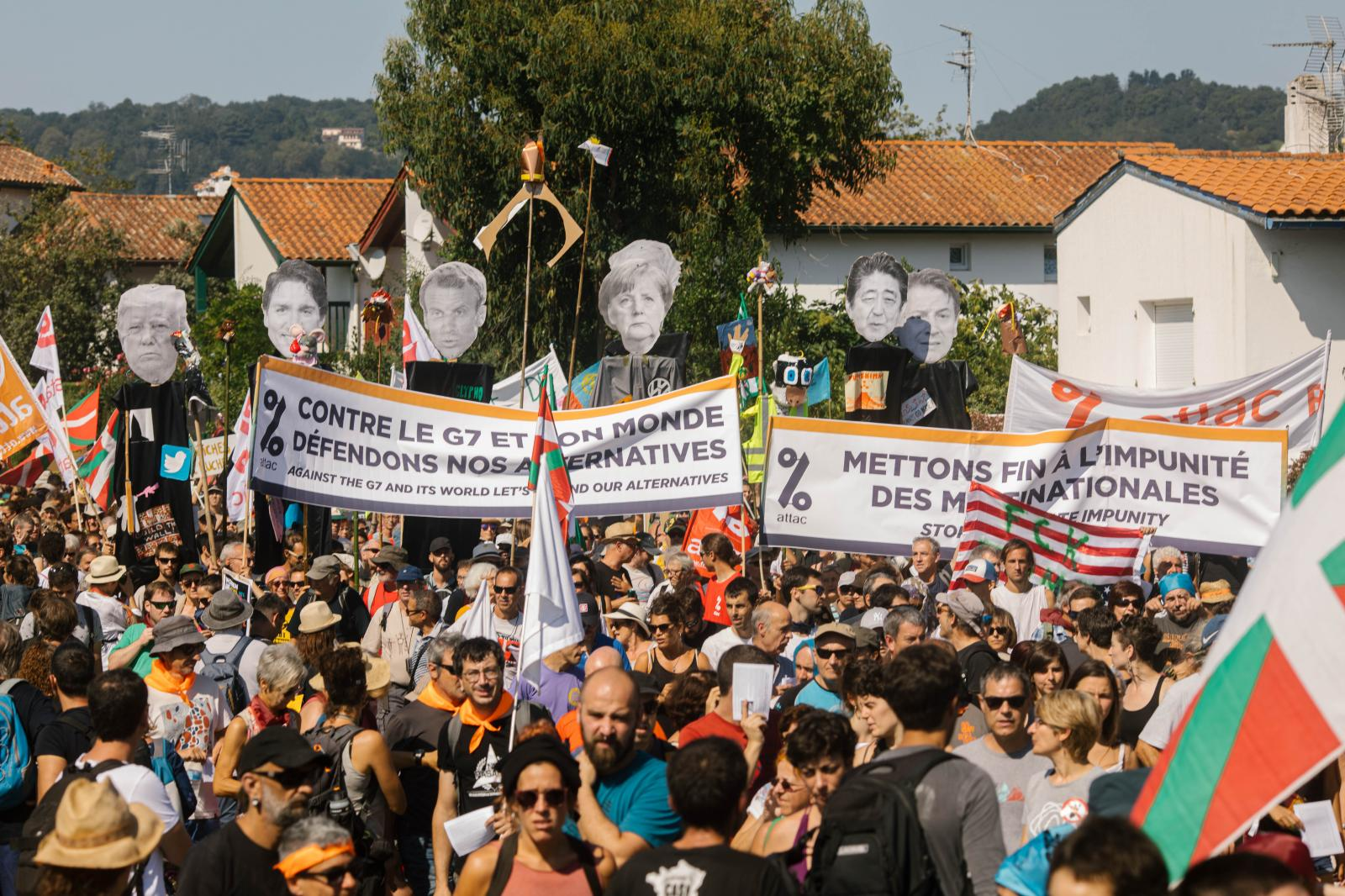 2019-08-24 - Puppets of the G7 leaders over mass demonstration.