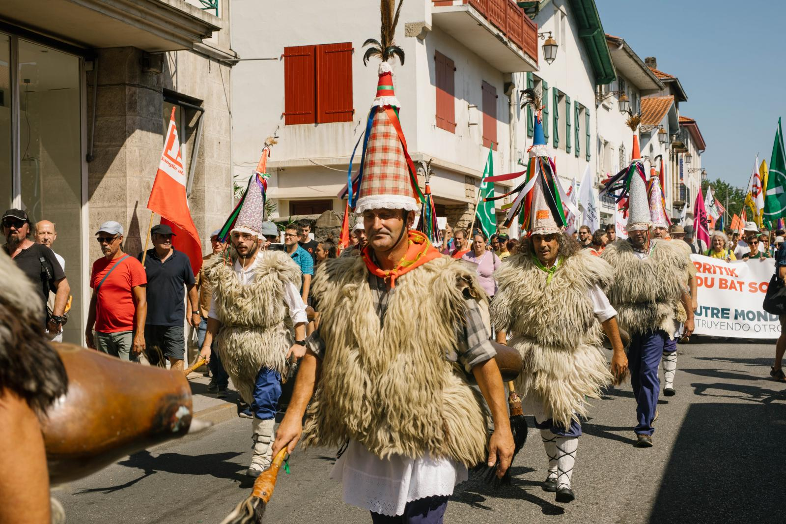 2019-08-24 - Mass demonstration in Hendaye is lead by Basques in traditional costumes.