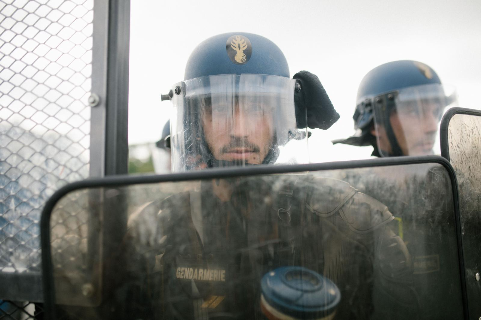 2019-08-24 - Gendarmerie during spontaneous demonstration in Bayonne, block bridge.
