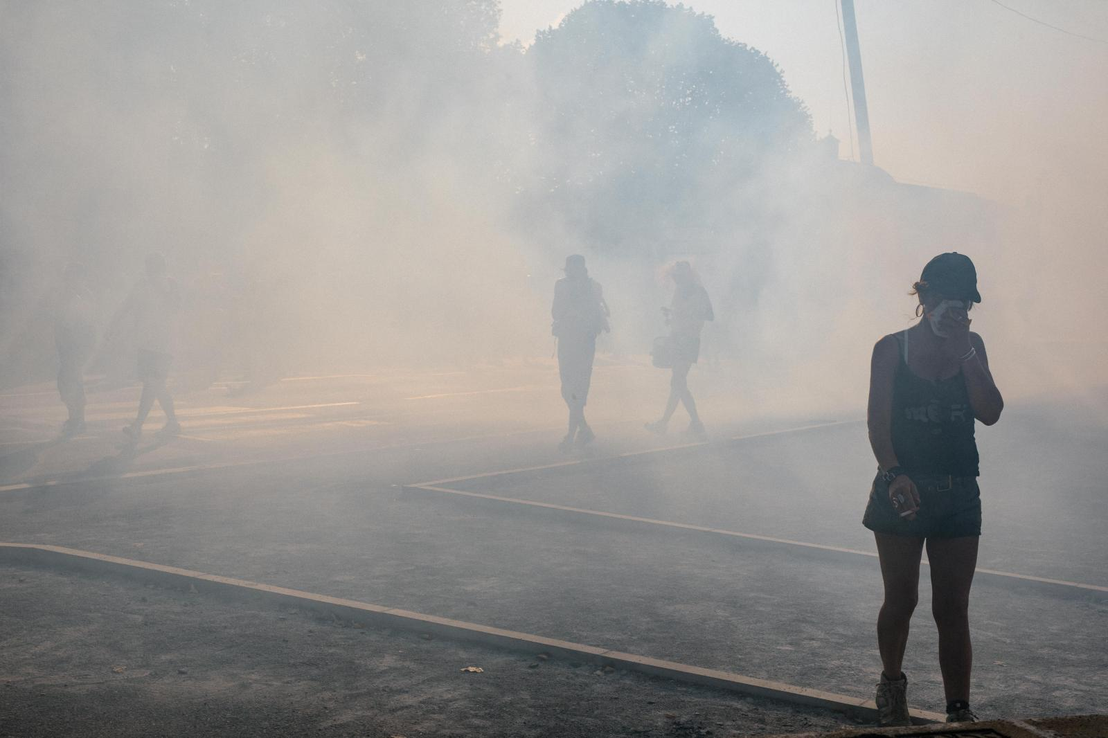 2019-08-24 - Police fire teargas after protesters hurl stones at forces blocking a bridge in Bayonne center.