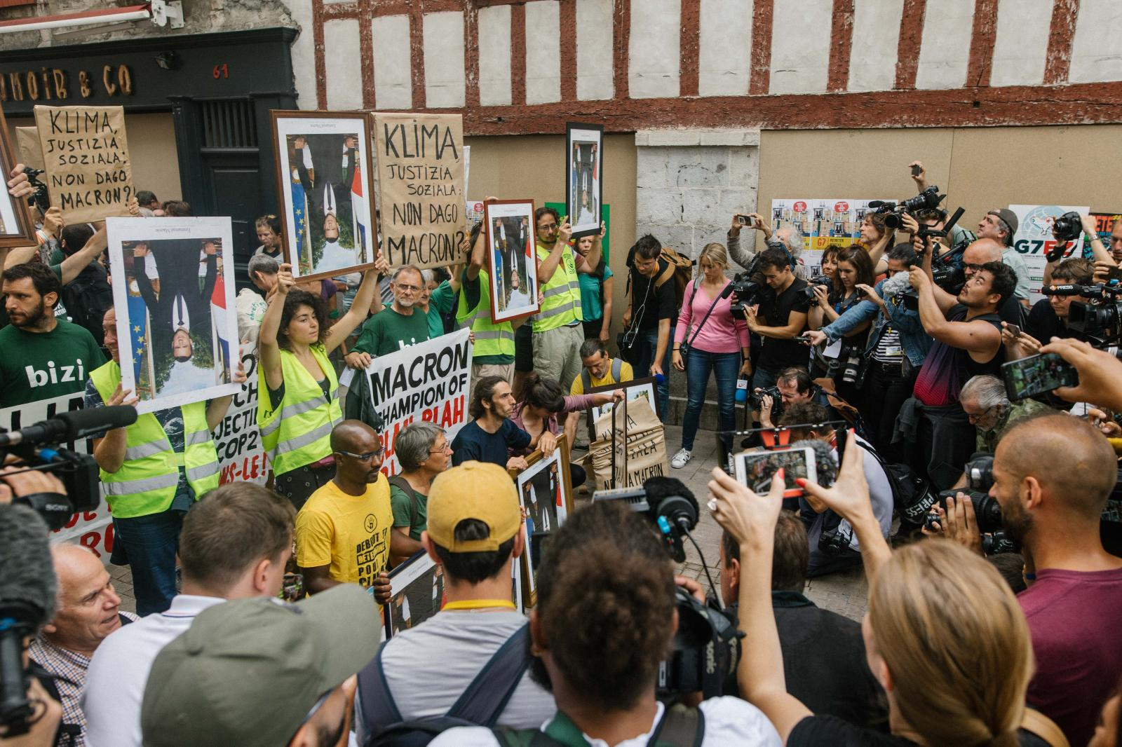 2019-08-25 - Action of civil disobedience by ANV COP21 in Bayonne, revealing stolen Macron propaganda protraits.