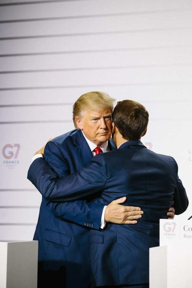 2019-08-25 - American president Donald Trump and French president Emmanuel Macron hug at the end of joint press conference.