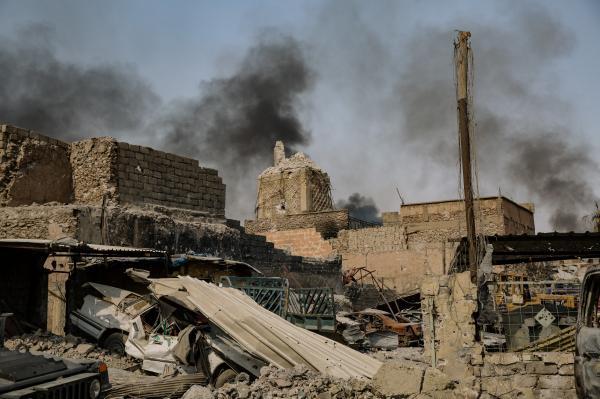 Mossul Ouest le 5 juillet 2017, Des hommes et des femmes fuient les combats de la vieille ville. Ici un homme et son fils blessé. Ils se trouvent au bord du Tigre et se dirigent vers la 9eme division de l'armée irakienne.