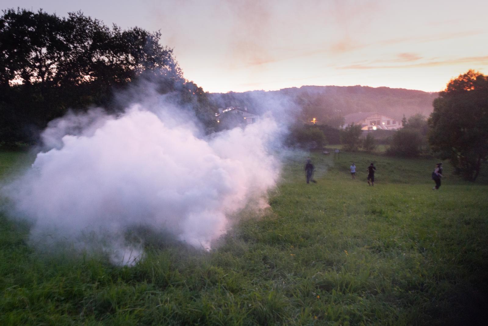 Vendredi 23 août 2019 - Au coucher du soleil, tir de gaz lacrymogènes dans la campagne aux abords du campement des opposants au G7. [G7 2019 de Biarritz]