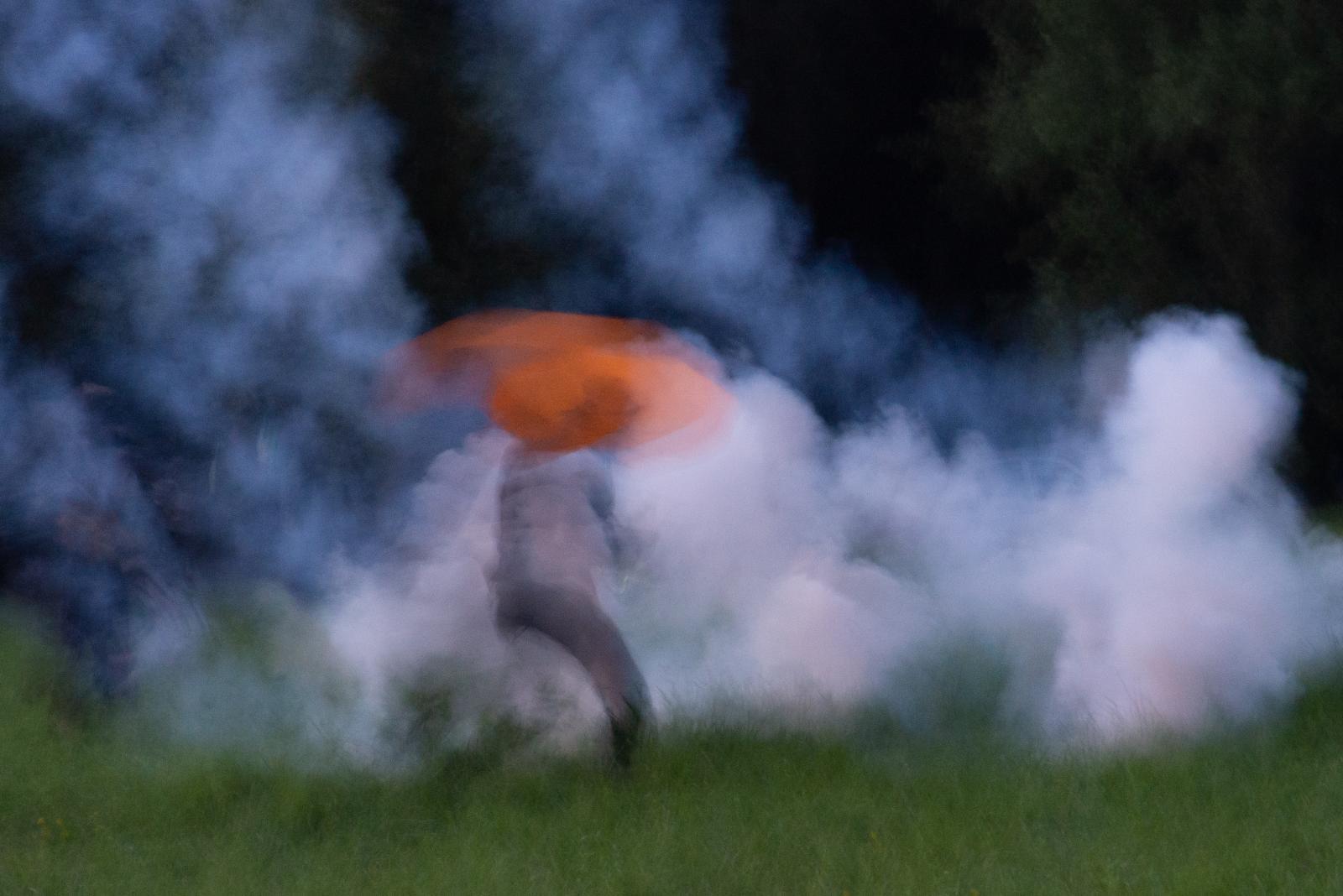Vendredi 23 août 2019 - Aux abords du campement des opposants au G7, un homme tente de se protéger des tirs lacrymogènes avec un parapluie. [G7 2019 de Biarritz]