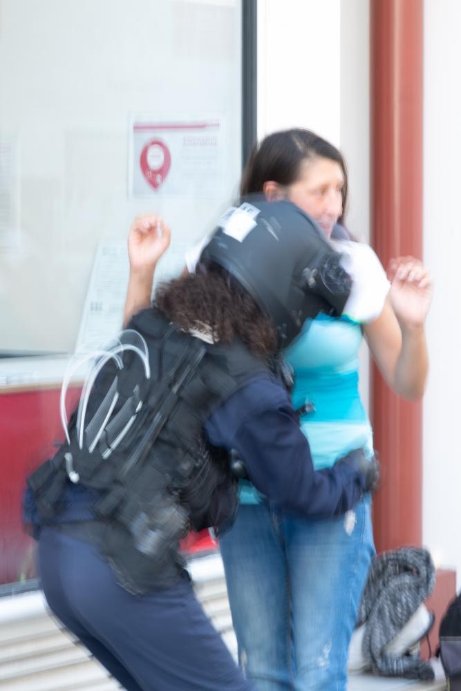 Samedi 24 août 2019 dans l'après-midi. Tentative de manifestation à Bayonne. Dans la ville désertée par ses habitants, la police contrôle et fouille chaque personne pouvant être un opposant au G7. Cette photo prise à la volée me vaudra une palpation complète et la prise en photo de ma carte d'identité. [G7 2019 de Biarritz]
