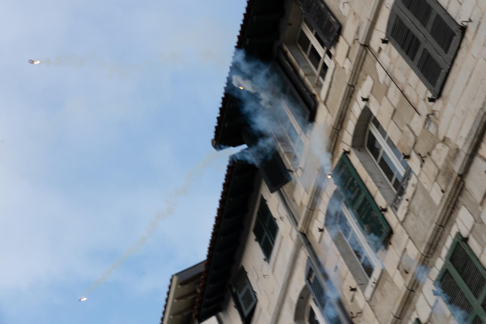 Samedi 24 août 2019 dans l'après-midi. Tentative de manifestation à Bayonne. Les forces de l'ordre interviennent en tirant des gaz lacrymogènes sur les façades des immeubles. Mme Zineb Rédouane est morte à Marseille en décembre 2018 suite à un tir similaire alors qu'elle était à sa fenêtre. [G7 2019 de Biarritz]