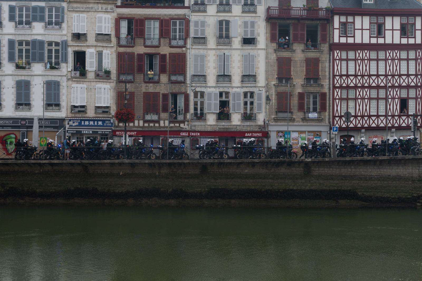 Samedi 24 août 2019 dans l'après-midi. Tentative de manifestation à Bayonne. Une trentaine de motos de voltigeurs prêts à intervenir. [G7 2019 de Biarritz]