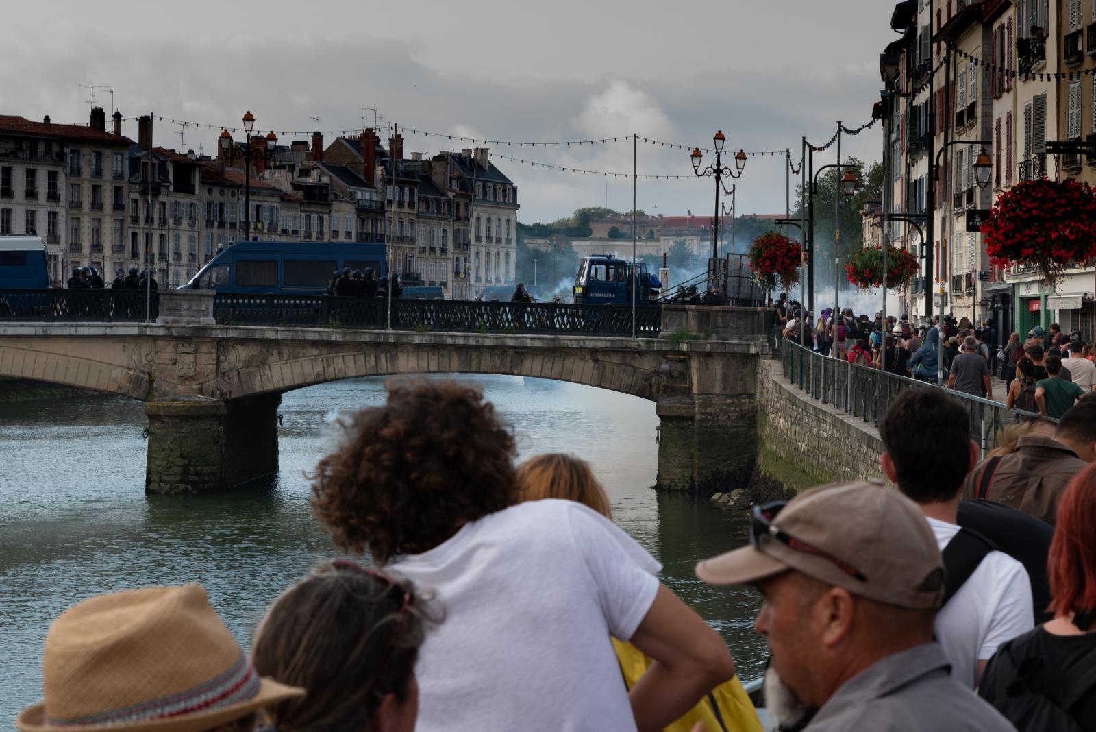 Samedi 24 août 2019 dans l'après-midi. A Bayonne, la police lance des gaz lacrymogènes sur un groupe de personnes rassemblées le long de la rivière non protégée. La mort par noyade de Steve Maia Caniço à Nantes suite à une charge policière n'aura pas servi de leçon ! [G7 2019 de Biarritz]