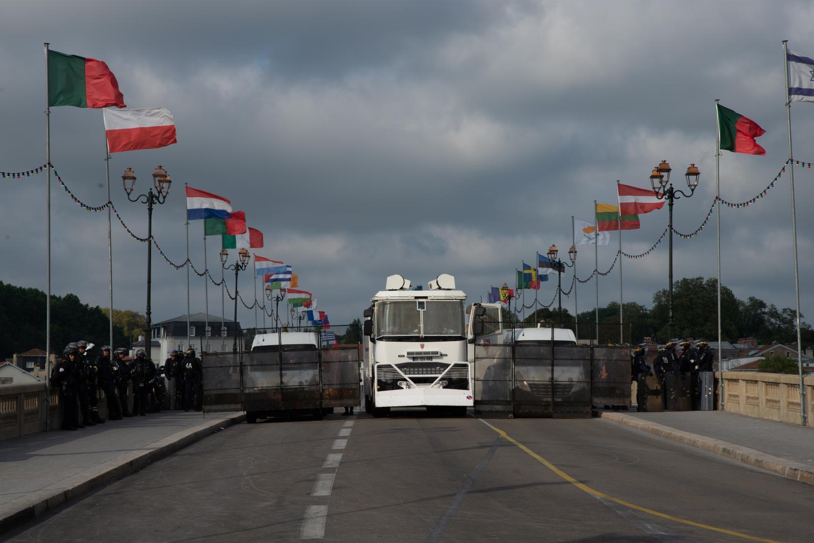 Samedi 24 août 2019. Blocage d'un pont à Bayonne par un camion à eau. [G7 2019 de Biarritz]