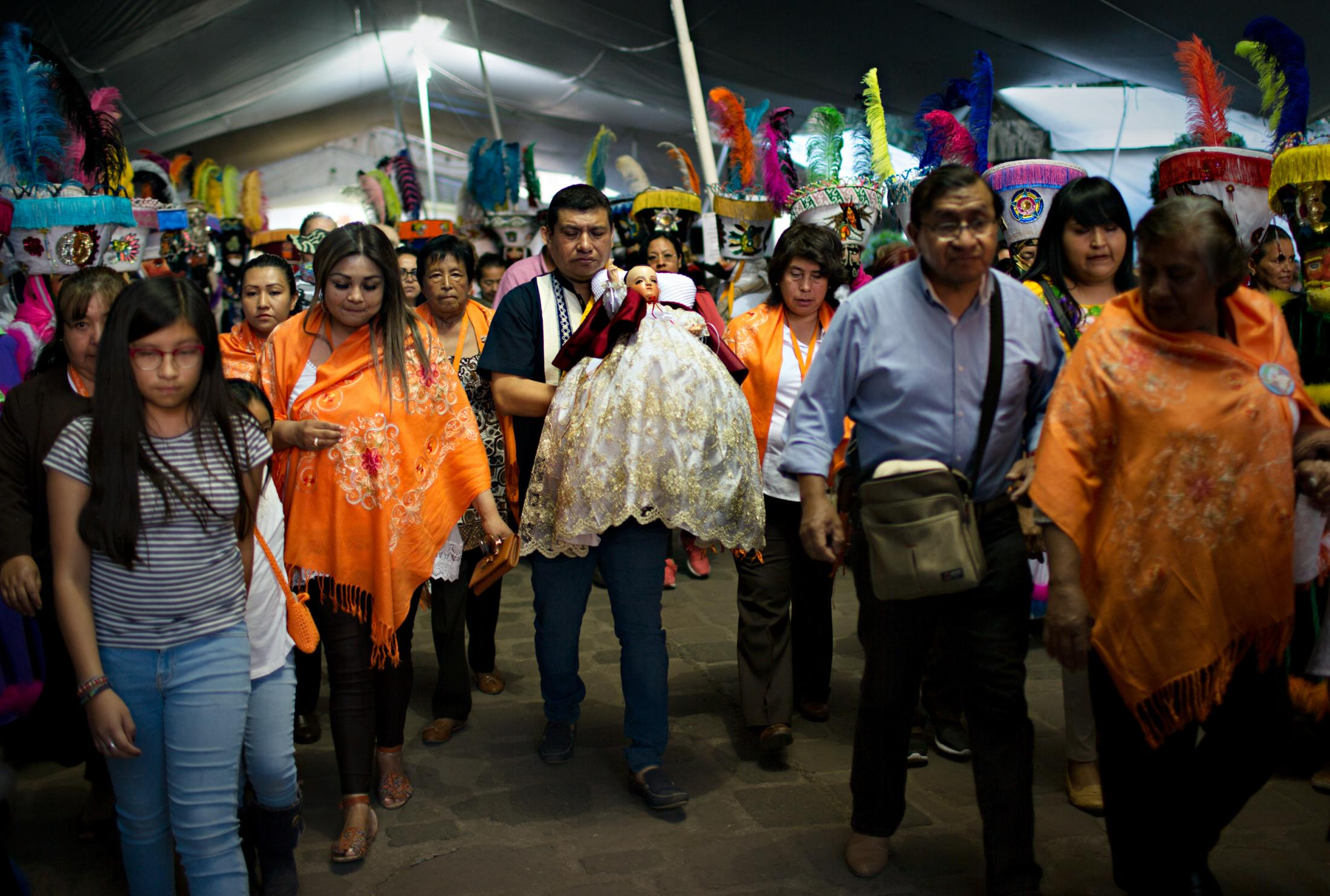 Following attending the mass at the 16th Century San Bernardino de Siena Church in Xochimilco, Niñopa leaves the premises surrounded by his protectors and the Majordomo's hand picked agent to carry the Niño.