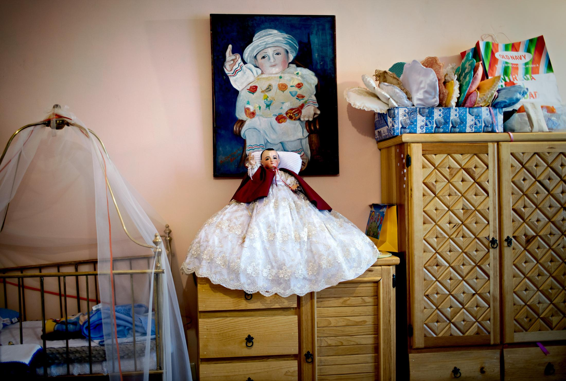 To protect Niñopa's privacy, photography in his bedroom is forbidden. After obtaining special permission from the Majordomo, this photograph was taken with permission which shows the crib in which Niñopa sleeps every night and partially shows his wardrobe.