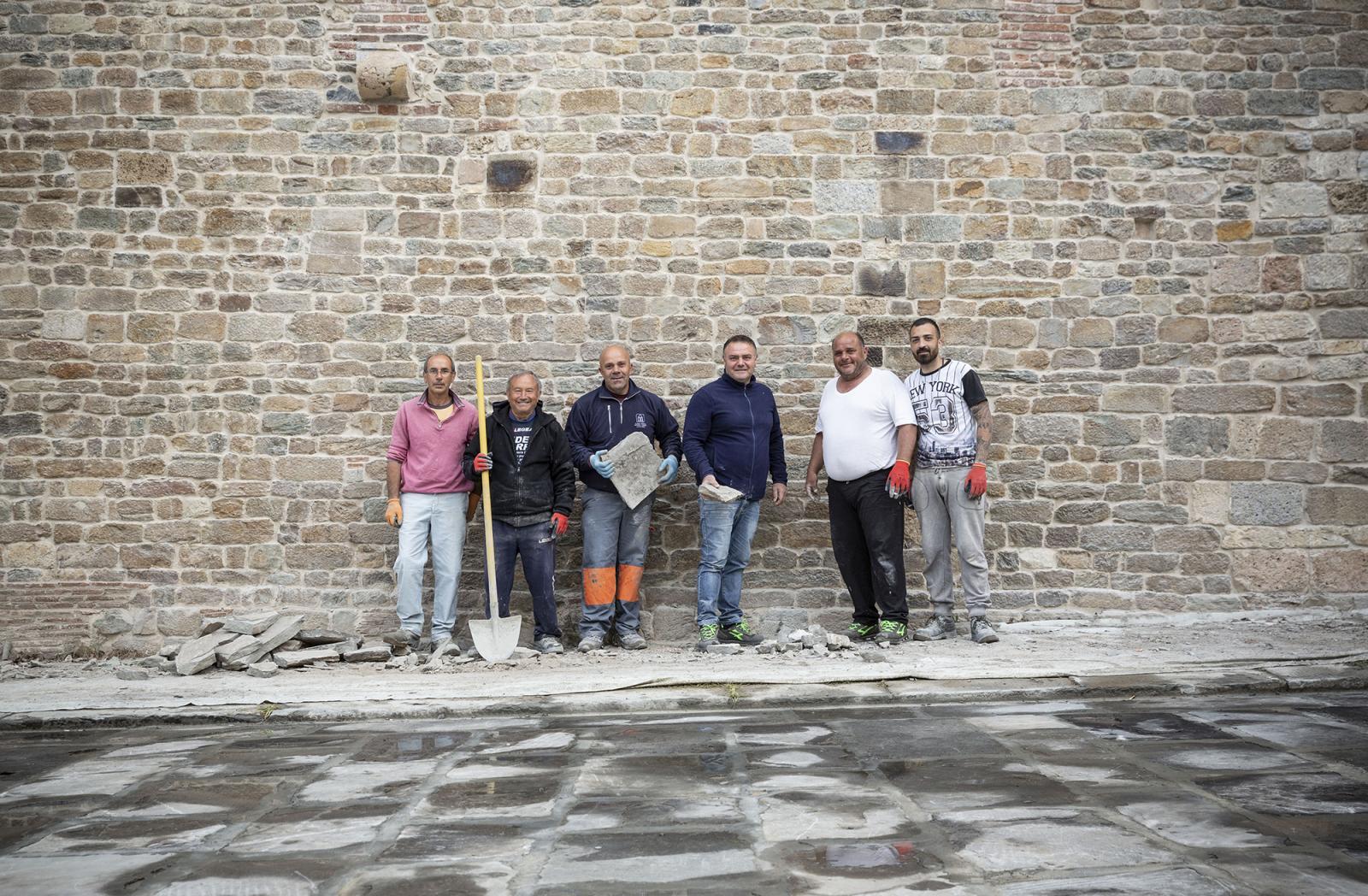 Gruppo di Operai Edili presso la chiesa di S.Paolo a Ripa d'Arno a PIsa