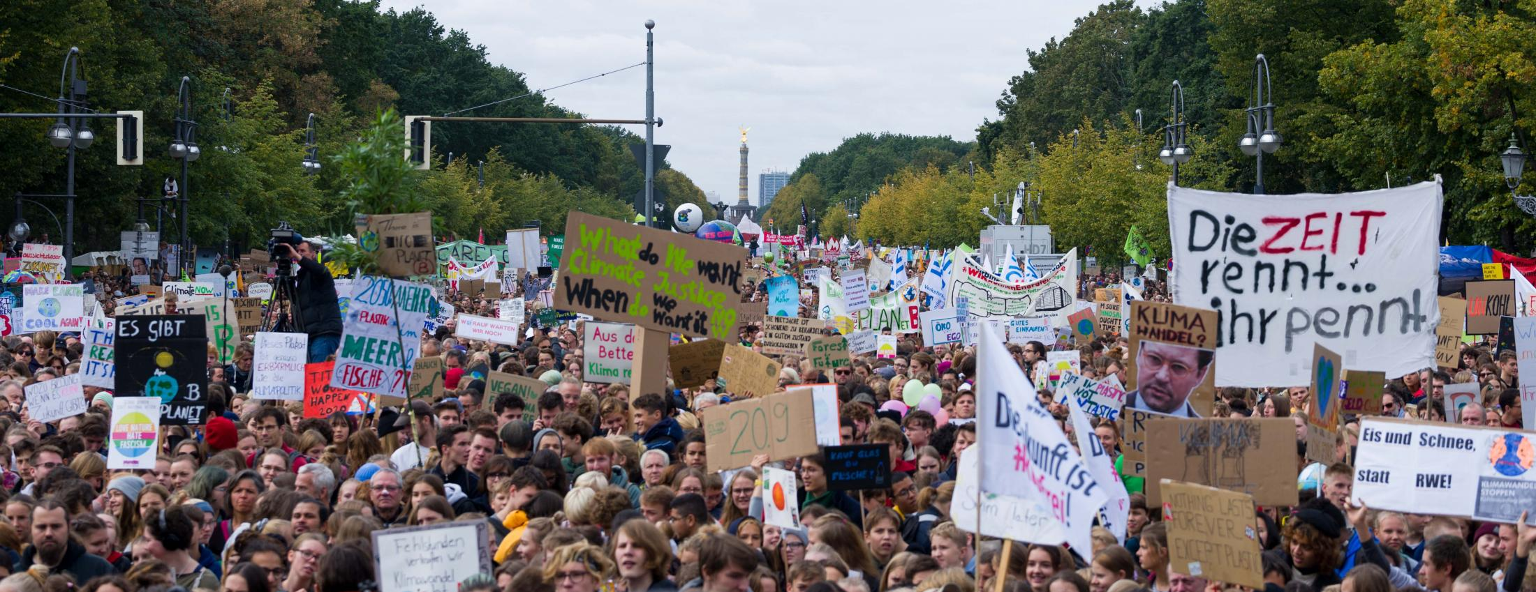 According to police, 100.000 attend the Global Climate Strike demonstration in Berlin. According to Fridays for Future, 270.000 attend in Berlin and 1,4 million nationwide. Berlin, September 20, 2019.