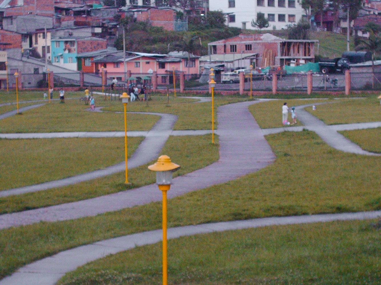 Hay muchos caminos en el parque; cada quien escoge el suyo. La gente hace lo que quiere allí; puede mirar, puede jugar, puede caminar en familia, puede encontrar amigos o amigas e incluso hasta se puede enamorar...