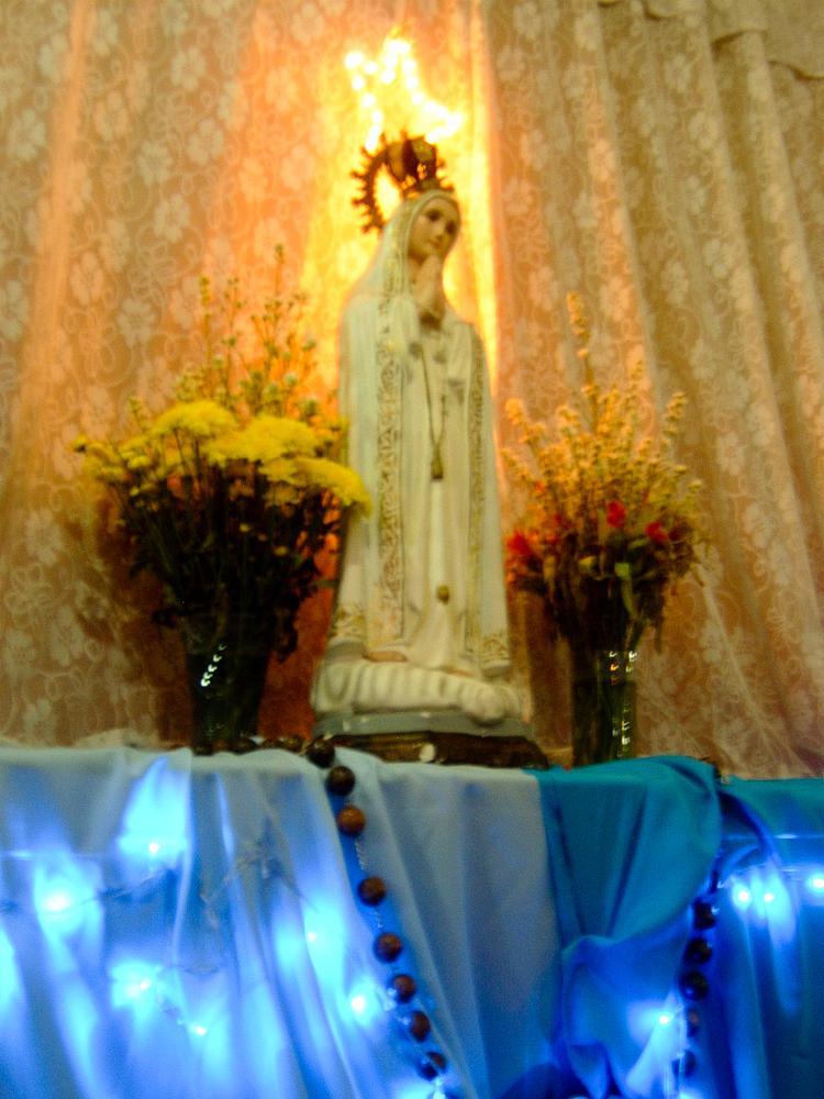 Llevo asistiendo a la comunidad de María Mediadora por dos años y 8 meses. Es una comunidad católica donde vamos todos los sábados para orar, hacemos alabanza con música y luego nos reunimos para orar más intensamente; en este momento estamos estudiando: La redención. Me encanta ir allí, tengo muchos amigos y buenas personas a mi alrededor.