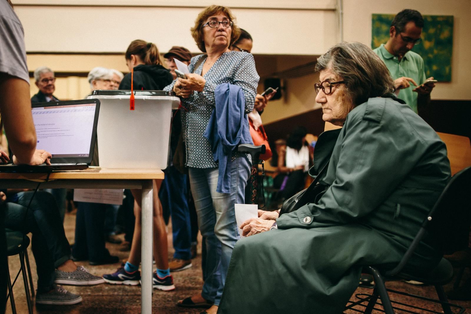 An elderly woman waits to cast her vote, as polices have shut down the Catalan online voting system. October 1st, 2017