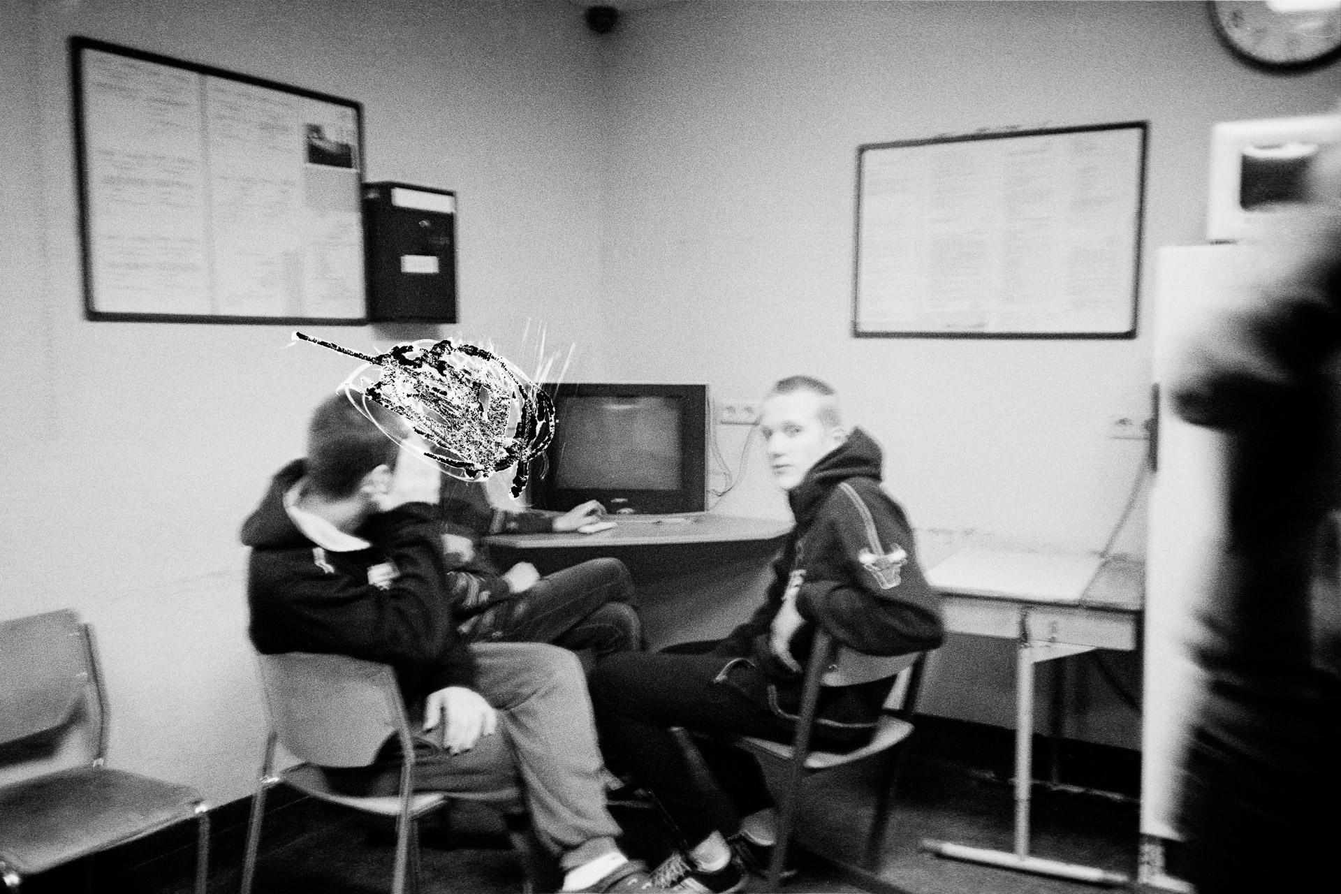 When the prisoners do not have organised activities, they spend their time in their cells, the corridor and this common room, where they can watch television or play different games. Some also use the space to carry out artistic endeavours. At the request of the administration, I had to scratch out one of the inmates, who had not participated in the photo workshop. Lorsque les prisonniers n'ont pas d'activités organisées (sport, école, etc.) Ils passent leur temps entre leur cellule, le couloir y menant et cette salle commune où ils peuvent regarder la télévision ou jouer à différents jeux. Certains peuvent également y réaliser des activité artistiques. Ici, il m'a été demandé de rayer l'un des détenu n'ayant pas participé à l'atelier photo. © I / Jérémie Jung