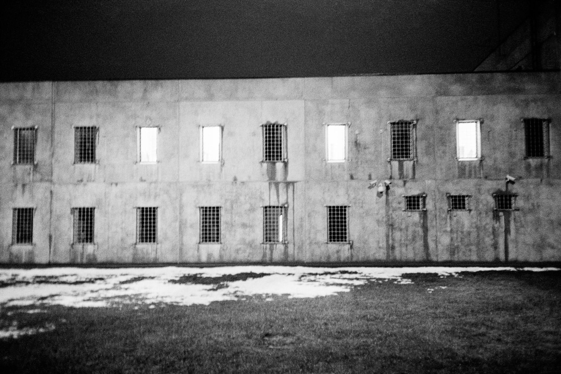 This building is inhabited by 19 prisoners in remand detention. In 2018, 39 young men were incarcerated in Latvia. The other 20, who had been sentenced, were kept in a separate building. All were indicted when they were minors. They can be held in CAIN starting at age 14, and they can stay there until age 25. They are thus protected from the adult prison world, which is presented as being tougher. Ici le bâtiment occupé par les 19 prisonniers en détention provisoire. En 2018, en Lettonie, 39 jeunes hommes sont incarcérés. Les 20 autres jeunes dont le jugement a été prononcé sont enfermé dans un bâtiment séparé. Tous ont été inculpés alors qu'ils étaient mineurs. Le CAIN incarcère des jeunes dès 14 ans. Pour les préserver de l'environnement carcéral adulte plus dur. Ils peuvent rester emprisonné jusqu'à leur 25 ans. © Jérémie Jung