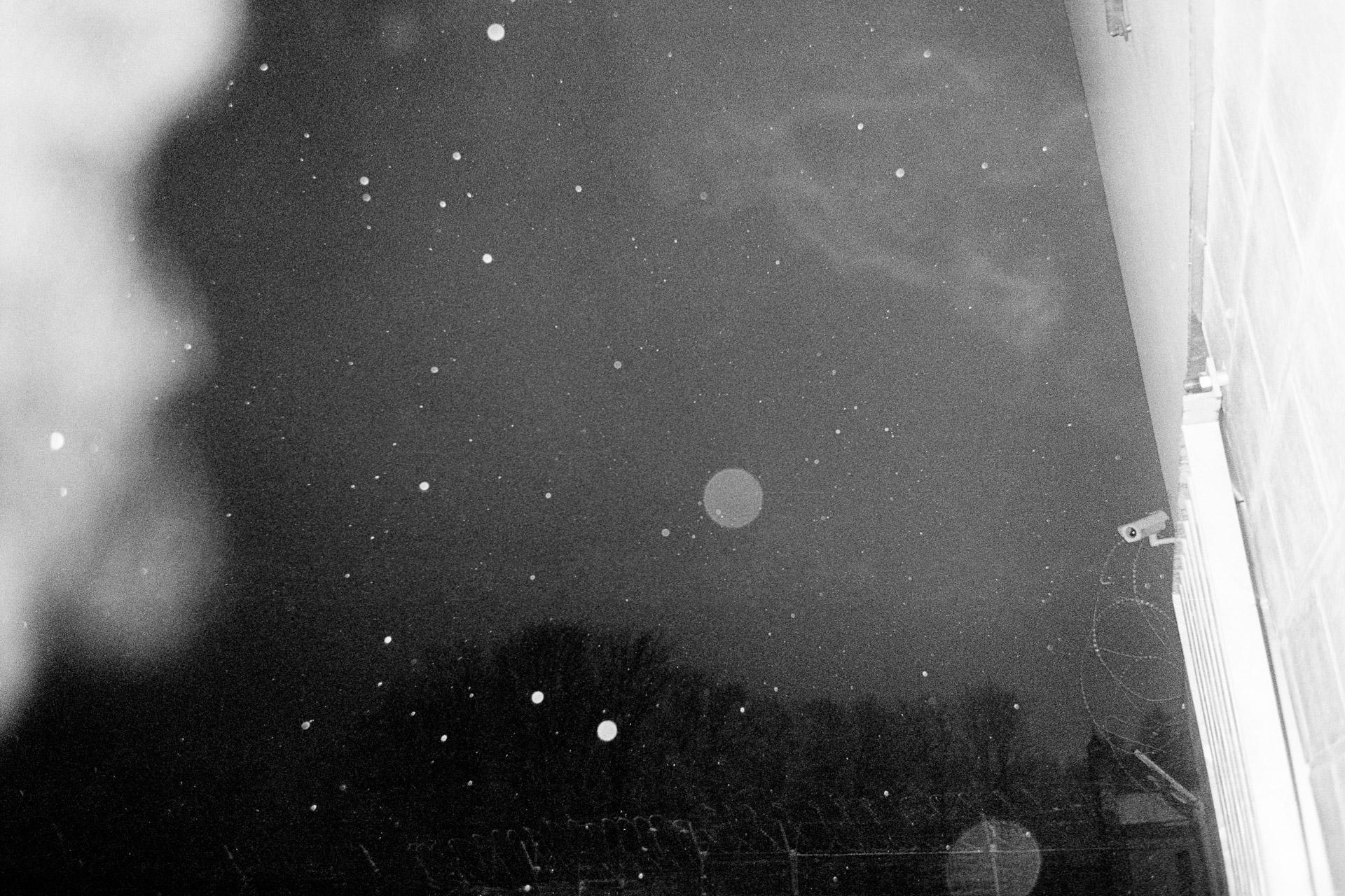 After serving a long sentence, some worry about their release. To prepare for it, they are assisted by an adviser for one year. Certains sont inquiets de leur sortie après avoir passé une longue peine enfermé. Pour la préparer, ils sont accompagnés pendant une année en vue de leur resocialisation par un référent qui les a déjà rencontré lorsqu'ils étaient enfermés. © O / Jérémie Jung