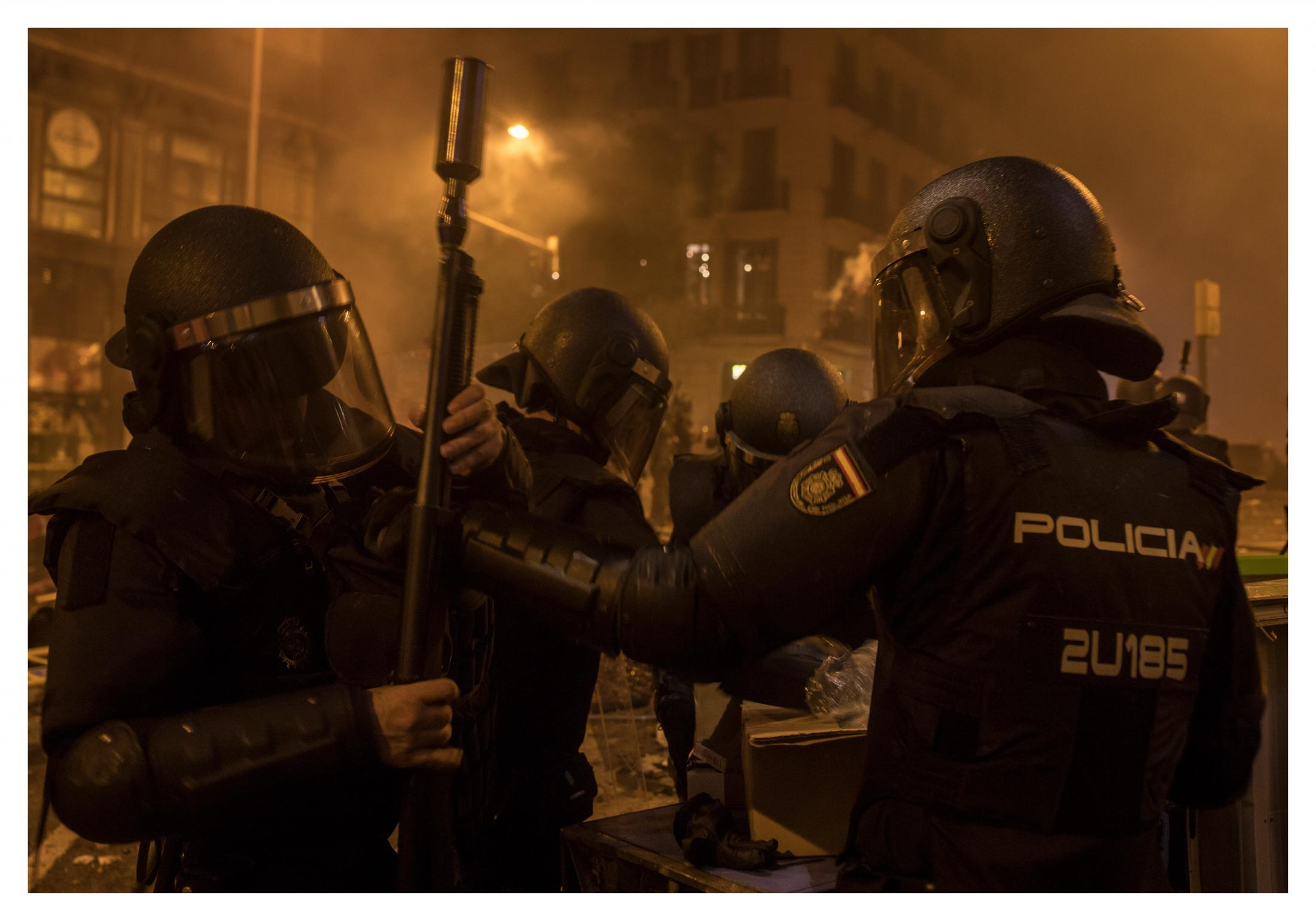 """During the protests after the sentence in Catalonia, Spanish police were authorized to use weapons, particularly rubber bullets which by law should not be fired from less than 50 meters or hit above the knee. 4 people lost their eyes after being hit by police during protests in Catalonia. Rights group Amnesty International called on """"all authorities"""" to refrain from contributing to the escalation of tensions in the streets and to respond """"proportionally"""" to outbreaks of violence. October 2019, Barcelona, Spain."""
