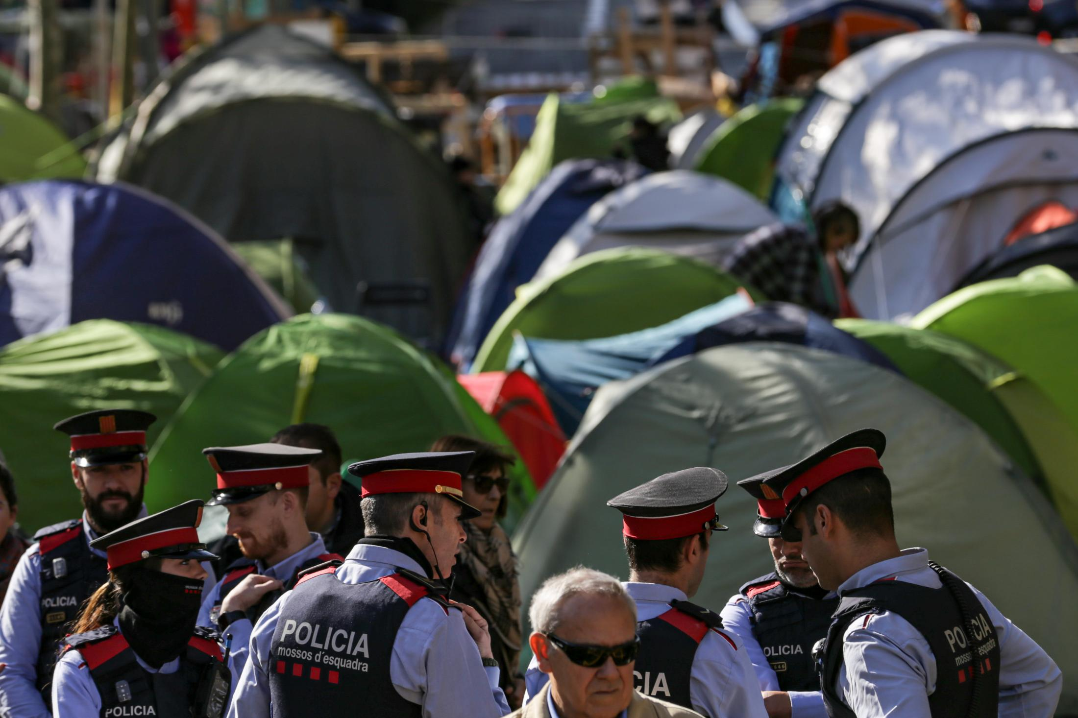 The police carry out identifications, the rain and the cold are advancing and some arrests made difficult to stay in the camp of Piazza Universidad which will be evicted by the Urban Guard in riot gear at 1.00 am. November 2019, Barcelona, Spain