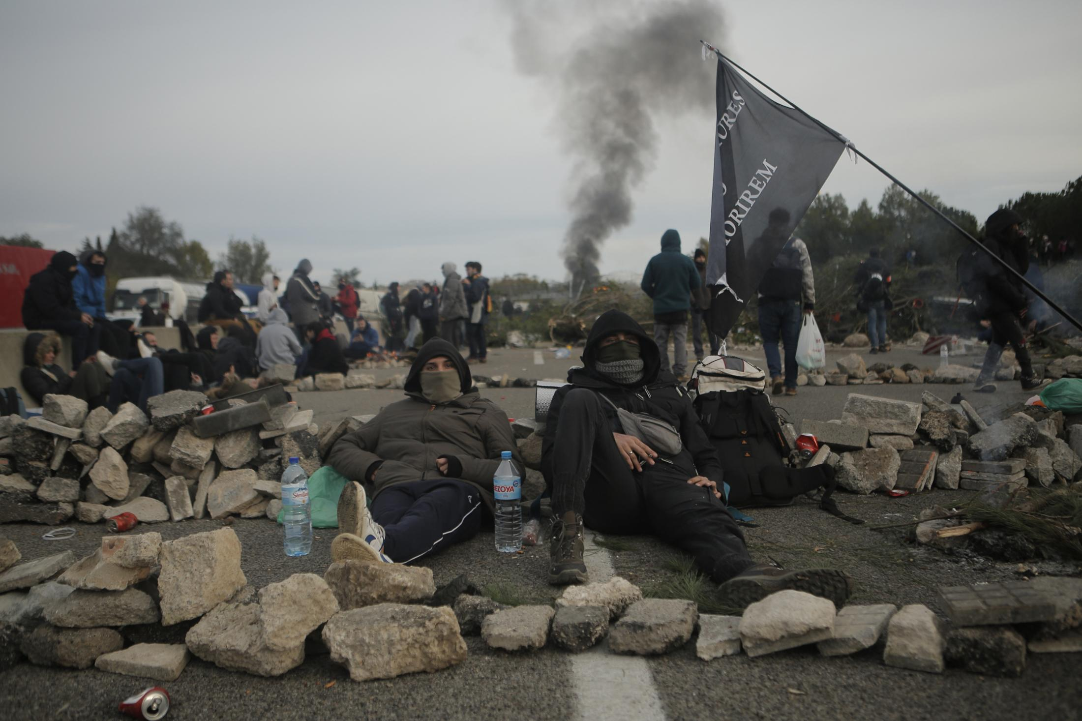 Catalan pro-independence demonstrators spend the night blocking a major highway near Girona, Spain, Wednesday, Nov.13, 2019. French police detained 18 pro-Catalan independence protesters Tuesday and used pepper spray and batons to push back demonstrators who blocked a major highway border crossing between France and Spain for more than 24 hours. (AP Photo/Joan Mateu)
