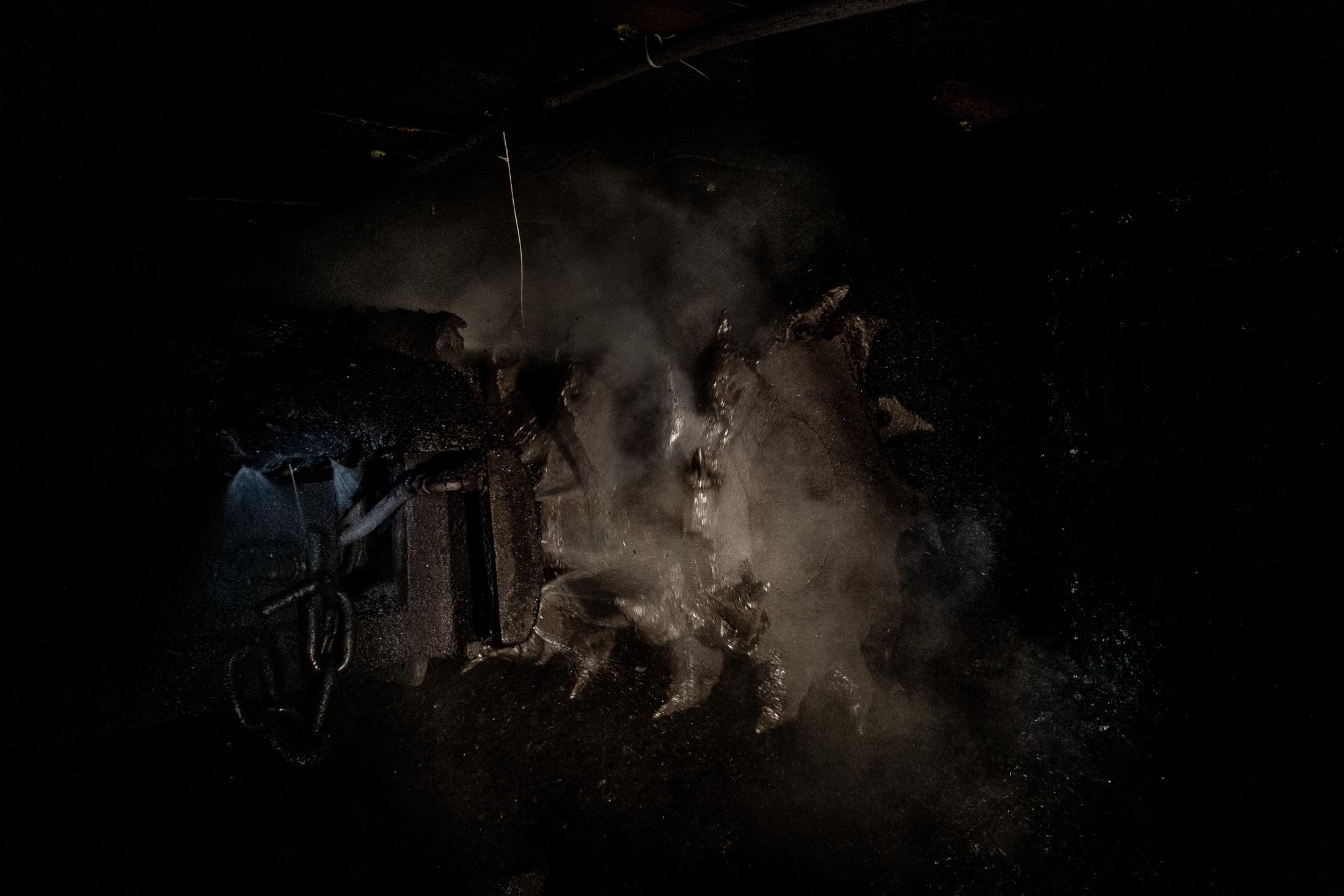 A machine clears its way into an underground coal mine. In the Brazilian energy matrix, coal has little presence, but in the world it is still a significant source of energy. With climate change these energy sources need to be discontinued.
