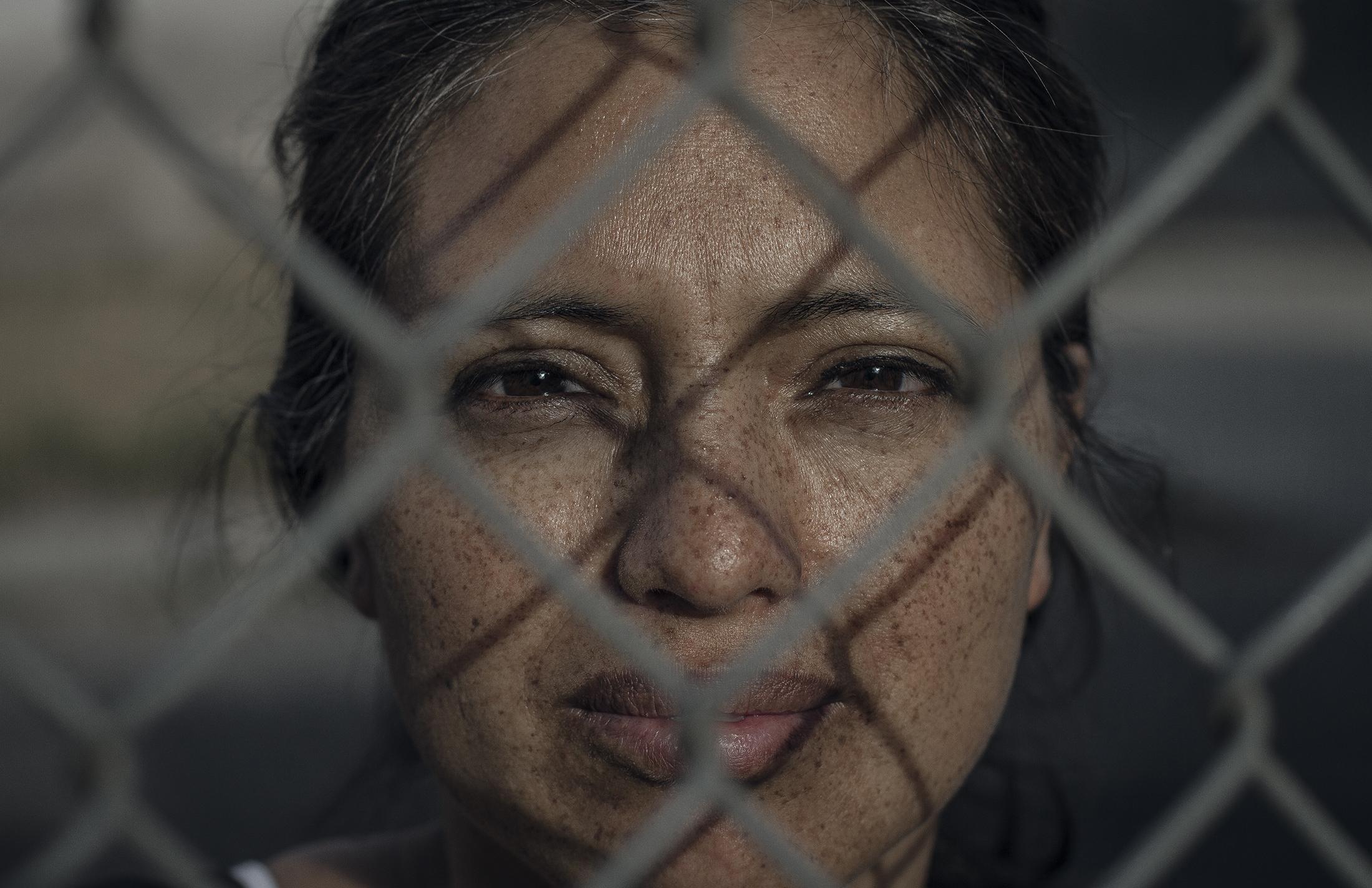 La violencia de género es una necesidad urgente que hay que mostrar en imágenes, visibilizar y romper el silencio. En Ecuador 6 de cada 10 mujeres sufren algún tipo de violencia física, sexual, psicológica, emocional, económica o son victimas de feminicidio. Esta realidad tiene que ser mostrada y debatida para encontrar maneras de salir de ella. Esta serie retrata a mujeres que han sido victimas de violencia y que han decidido contar su historia, porque sucede cuando callamos. Betty Jaramillo, su hija de 17 años fue victima de feminicidio por parte de dos vecinos a pocas cuadras de su casa.