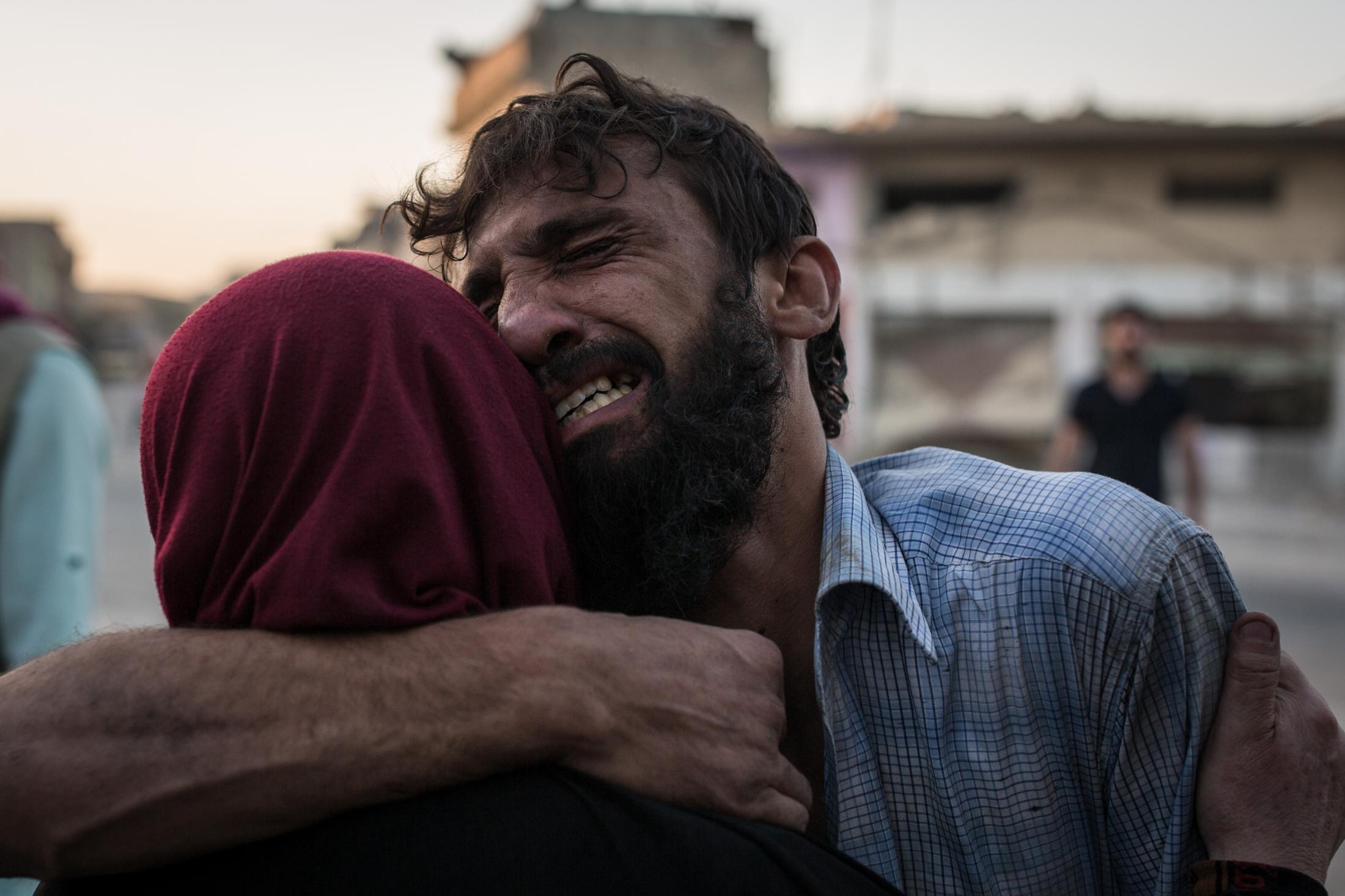 Le 29 juin 2017 Mossul Ouest, Un homme sert sa maman dans les bras, qu'il vient de retrouver. Ils viennent de fuir la vieille ville.