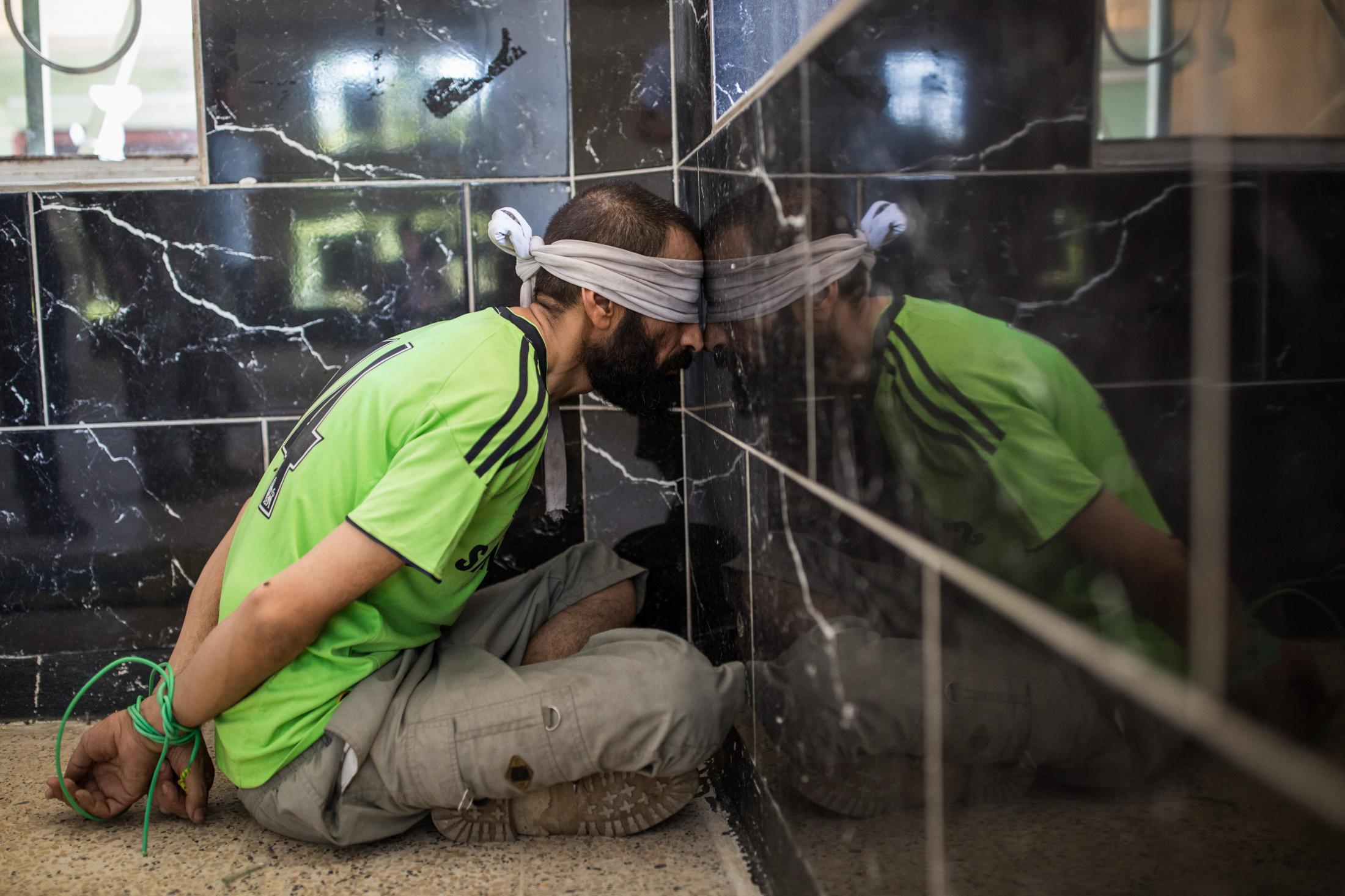 Le 26 juin 2017, des civils ayant fui les combats de la vieille ville viennent d'arriver. les hommes sont séparés des femmes et sont fouillés. Les soldats de l'ISOF1 sont à la recherche de jihadistes. Le major Sameh regarde s'ils ont des traces de combats, notamment de l'équipement lourd qui abime les épaules. L'un d'eux est présumé appartenir à l'organisation Etat Islamique, il aurait été officier de sécurité.