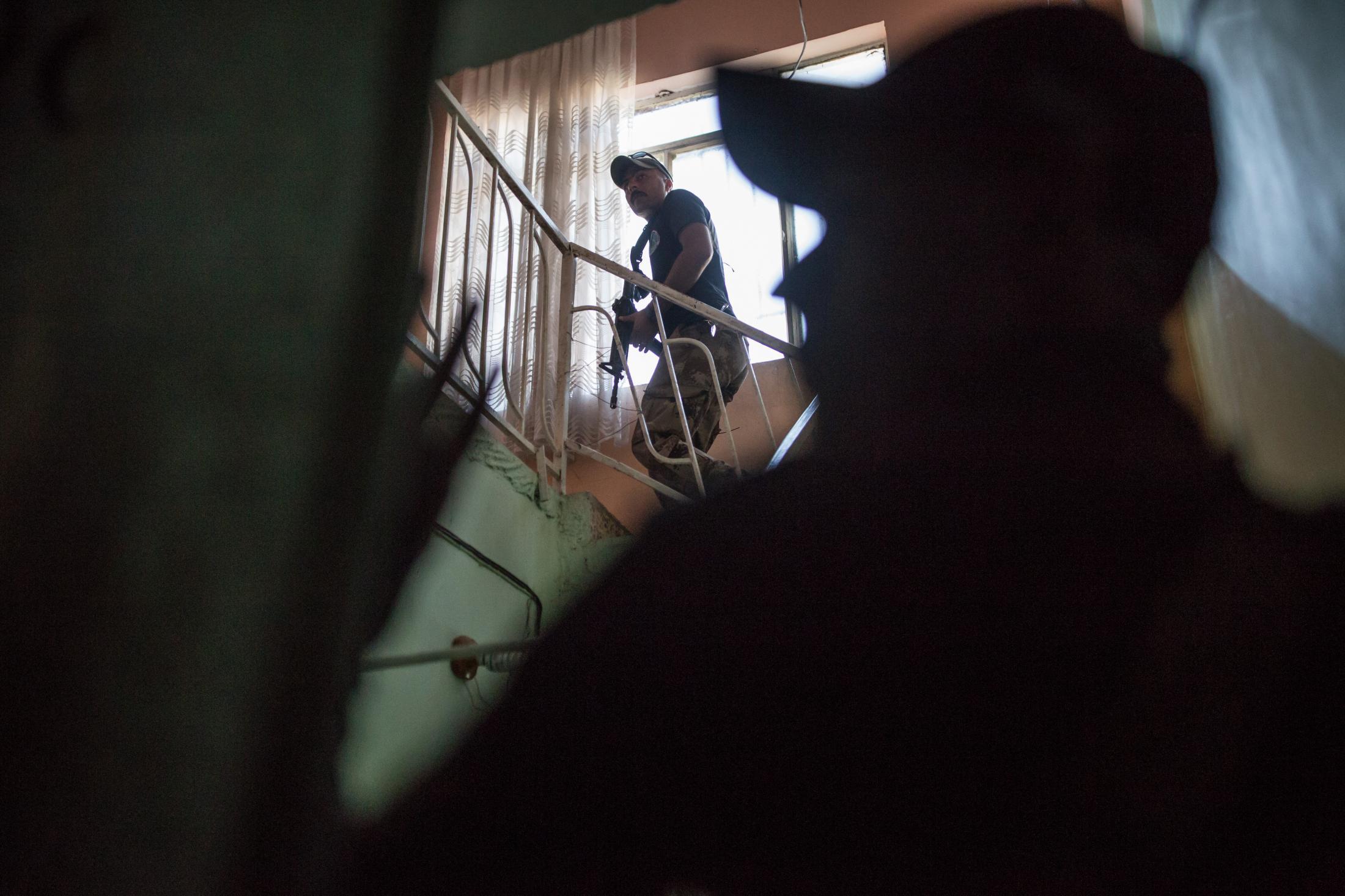 Les forces spéciales de l'armée irakienne fouillent des maisons dans des quartiers libérées de l'Ouest de Mossul. La veille, une contre attaque de cellules dormantes de Daesh a permis à ces membres de reprendre deux quartiers.