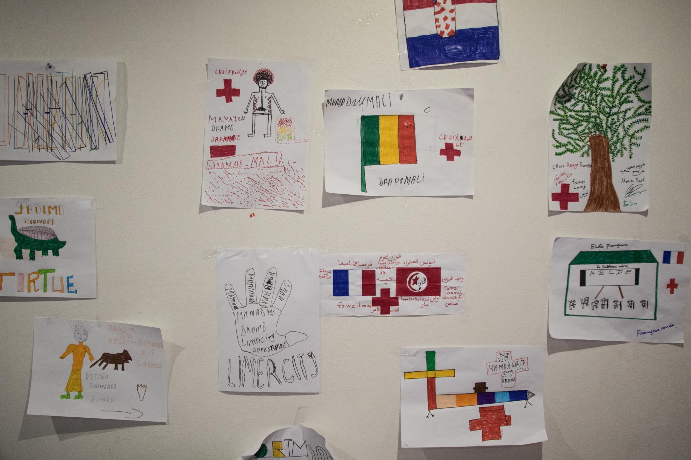 Dessins affichés dans la salle d'attente du DEMIE 75, produits par les mineurs avec des animateurs.