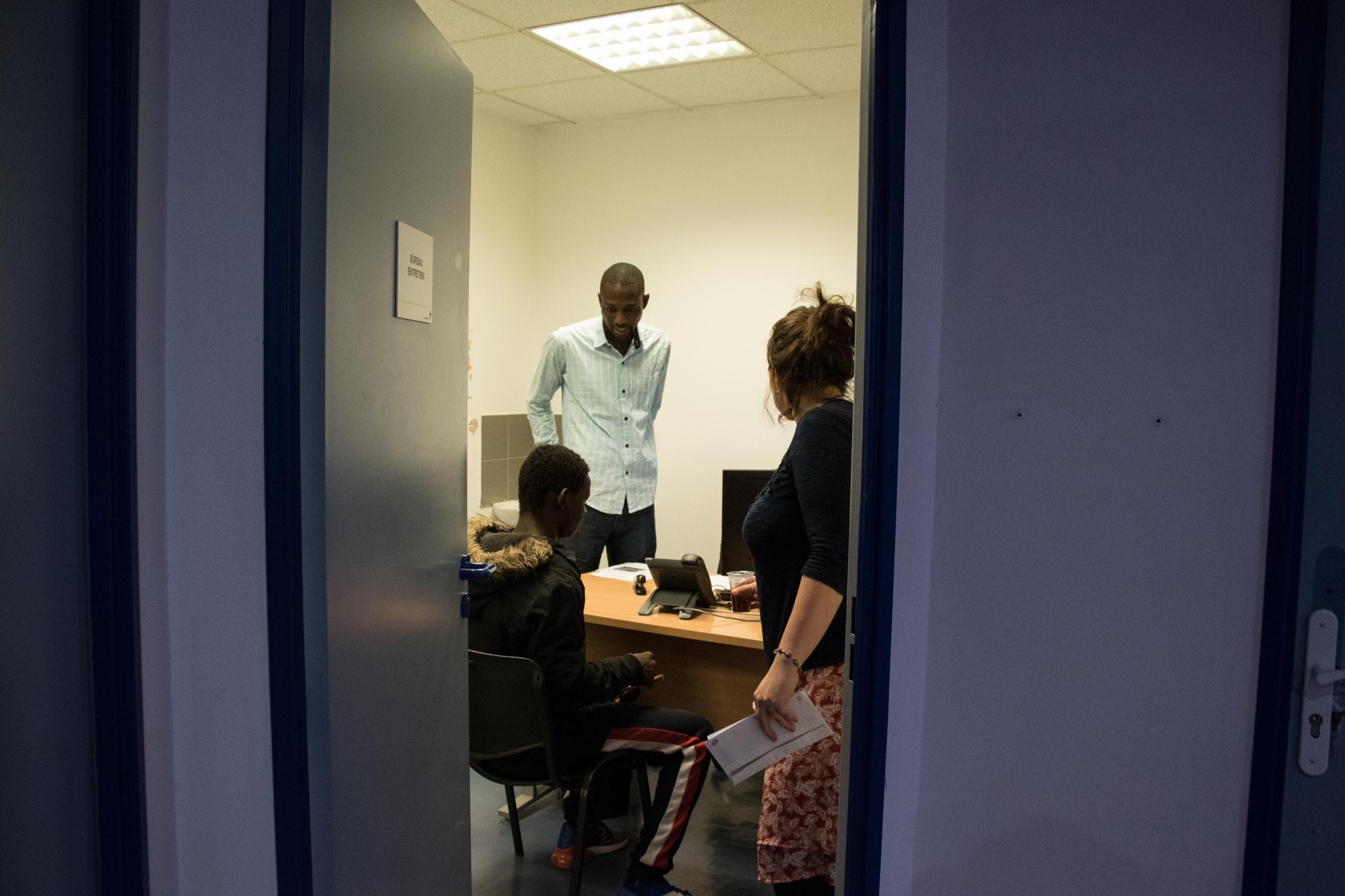 Le jeune Dramane sort de l'entretien court avec un évaluateur qui s'exprime en Soninké.