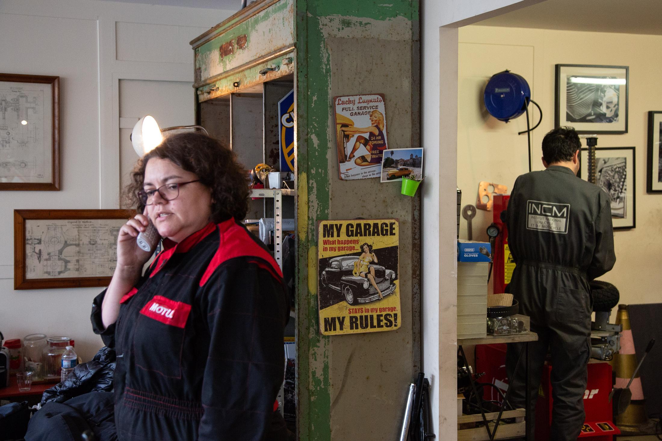Sophie diagnostique une panne par téléphone, pendant qu'Augustin est dans l'atelier.
