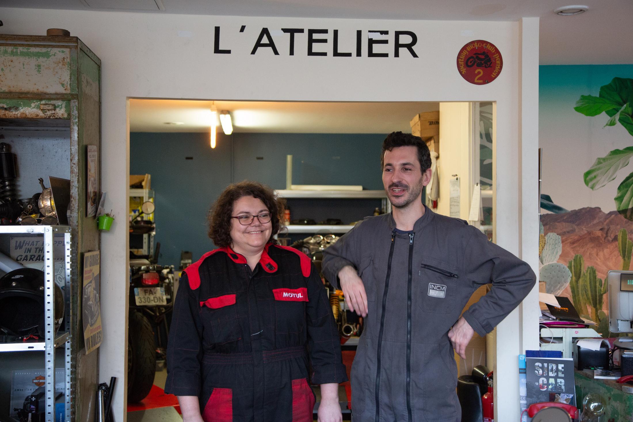 Augustin le stagiaire prépare un cap mécanique moto à l'Institut National du Cycle et du Motocycle. Et Sophie elle avait effectué son stage professionnel chez Mymyrider avant d'être embauchée.