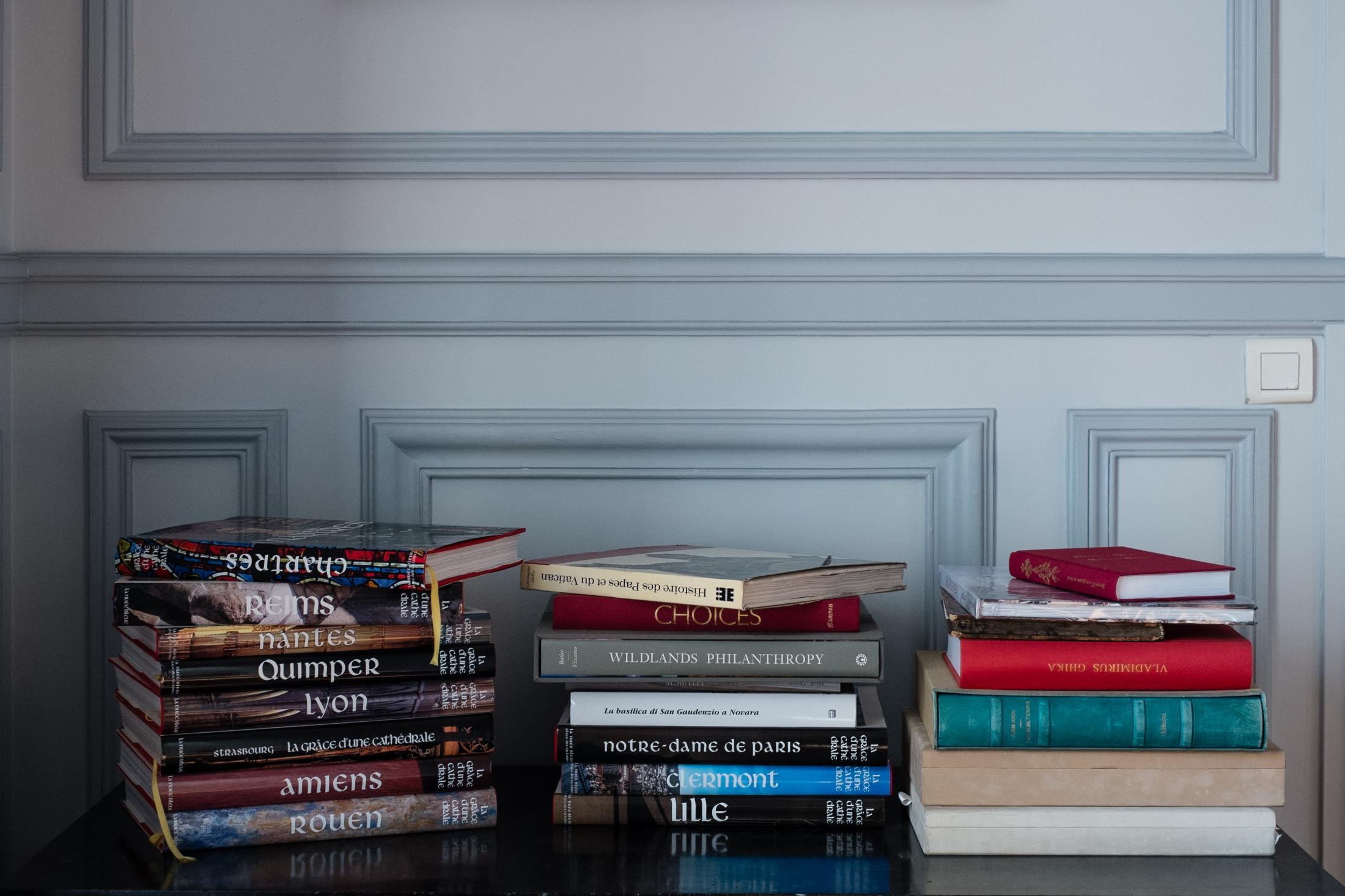 """Piles d'ouvrages de la collection """"La grâce d'une cathédrale""""."""