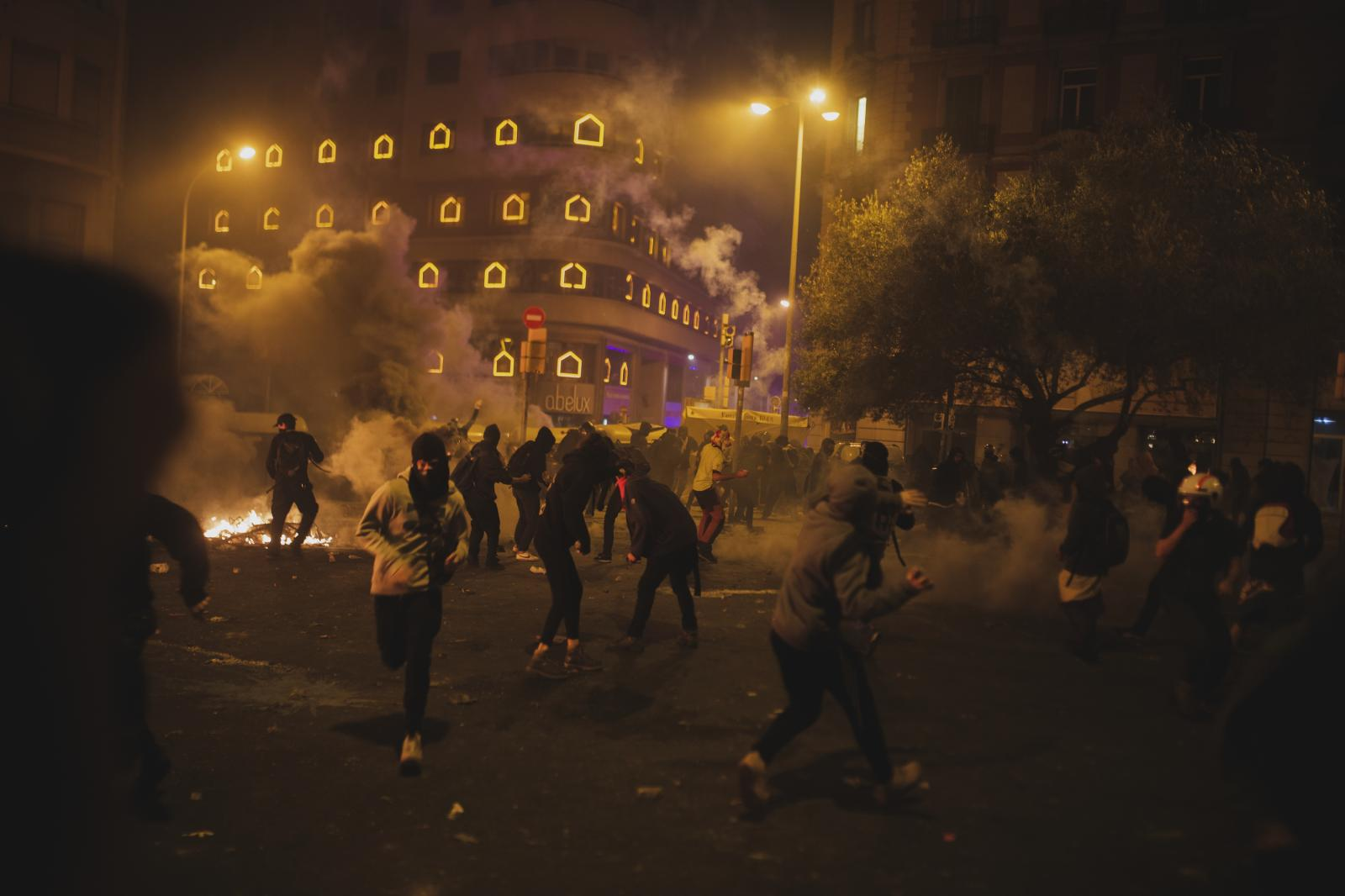 Police intervention violently disperses protesters in Plaza Urquinaona (October 18,2019. Barcelona, Spain)