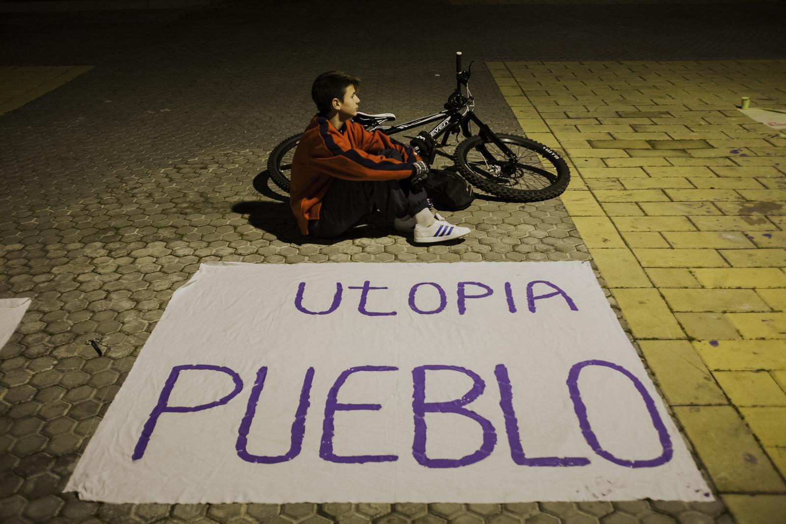 Los vecinos de la corrala se organizan y preparan pancartas para la manifestación en apoyo a las corralas de la provincia de Sevilla.