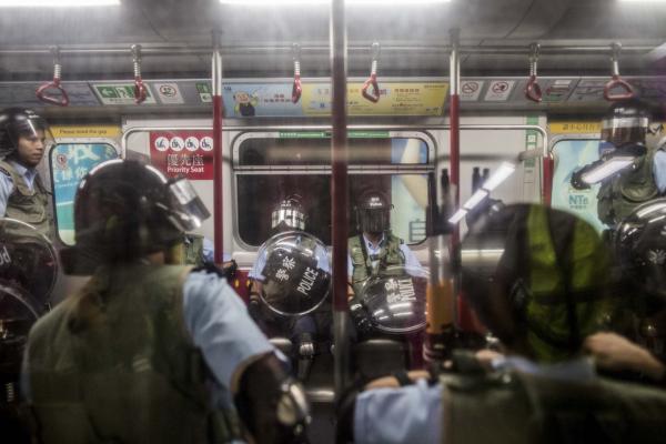 2019年8月31日,警察在旺角港鐵鐵站月台登上列車,其後駛走。